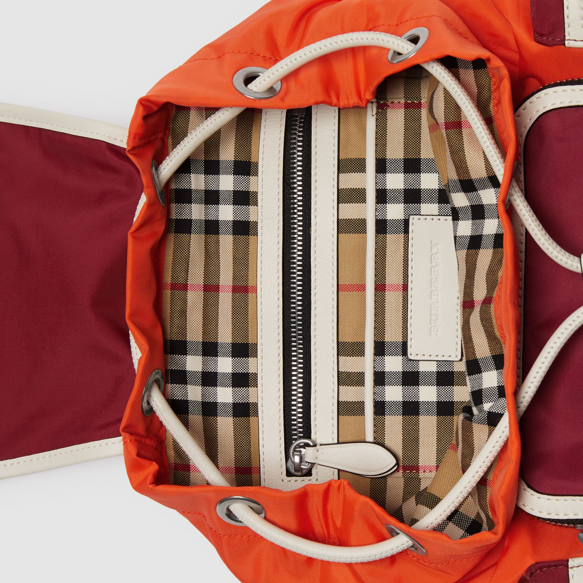 Sac The Rucksack moyen en nylon color-block (Rouge Parade) - Femme | Burberry Canada - photo de la galerie 5