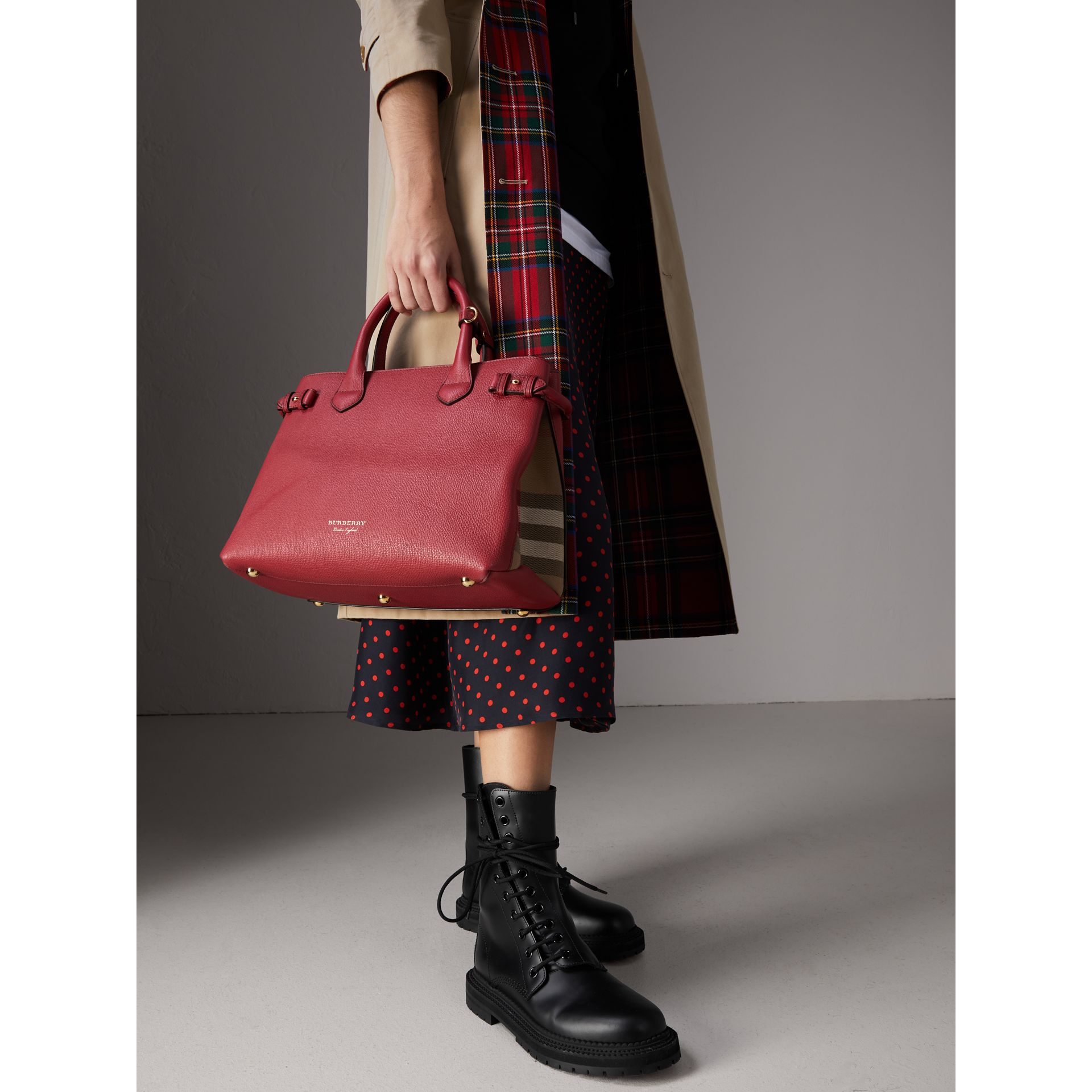 The Banner media in pelle con motivo House check (Rosso Bruno) - Donna | Burberry - immagine della galleria 2