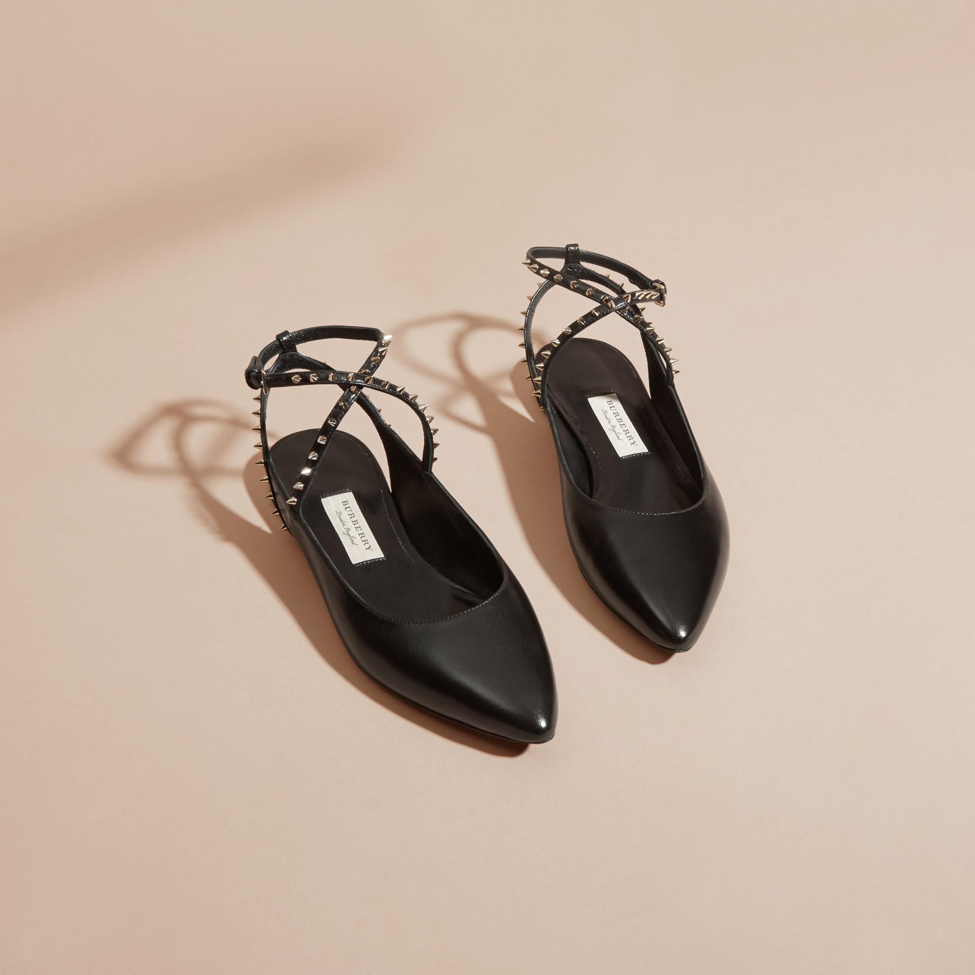 Nero Sandali tipo Chanel in pelle borchiata - immagine della galleria 3
