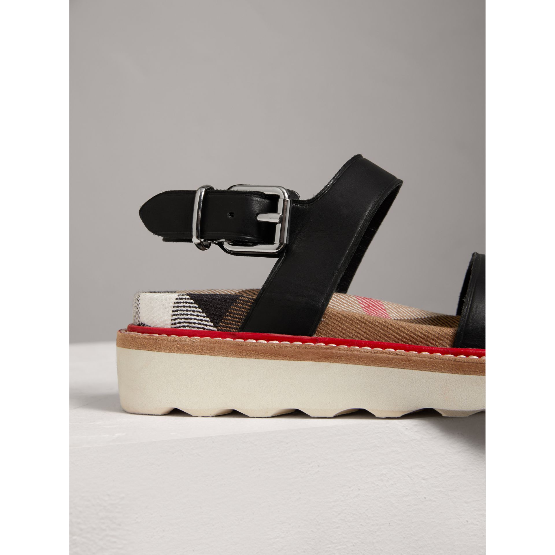 Sandales en cuir et coton House check (Noir) | Burberry - photo de la galerie 1