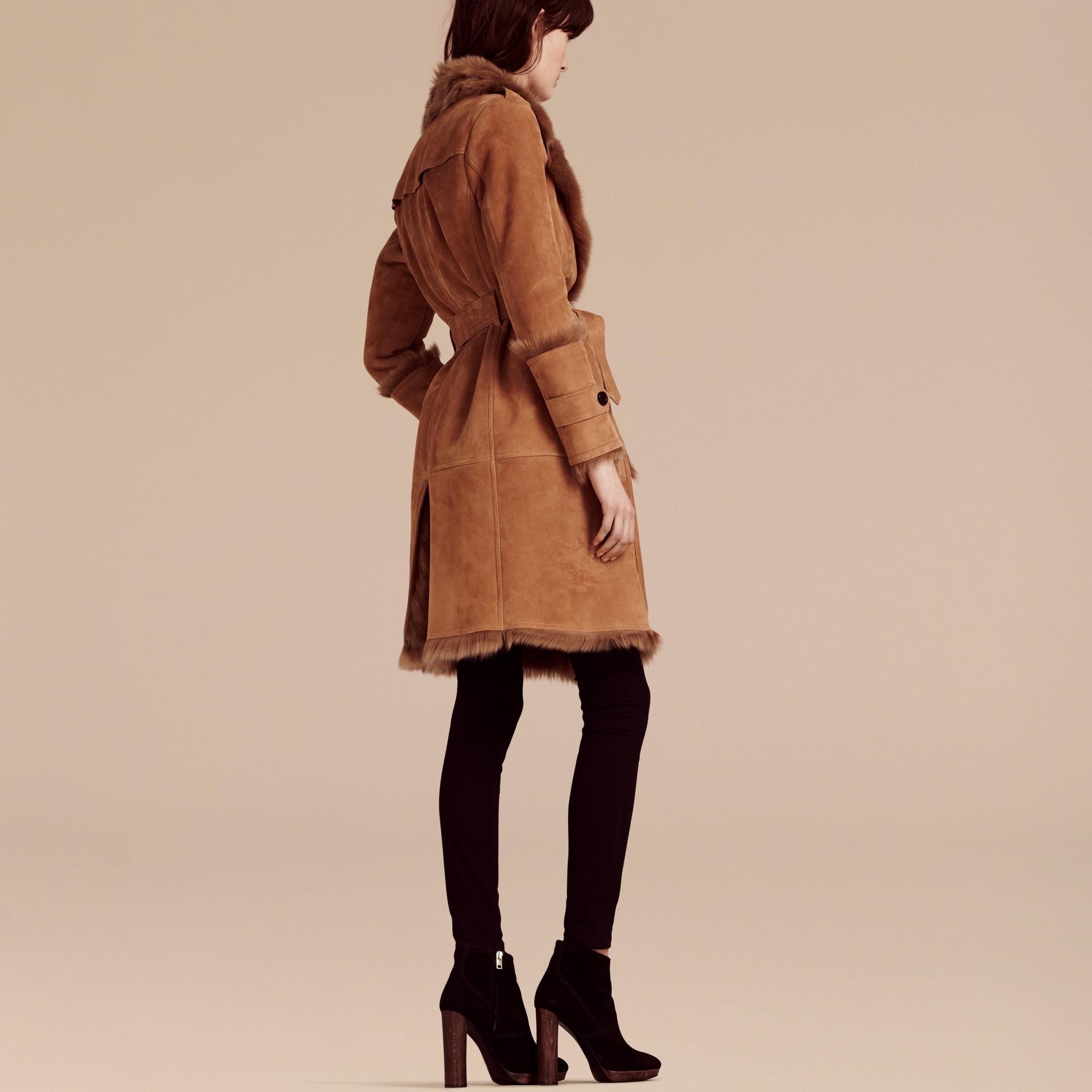 Cammello scuro Cappotto a vestaglia in shearling - immagine della galleria 1