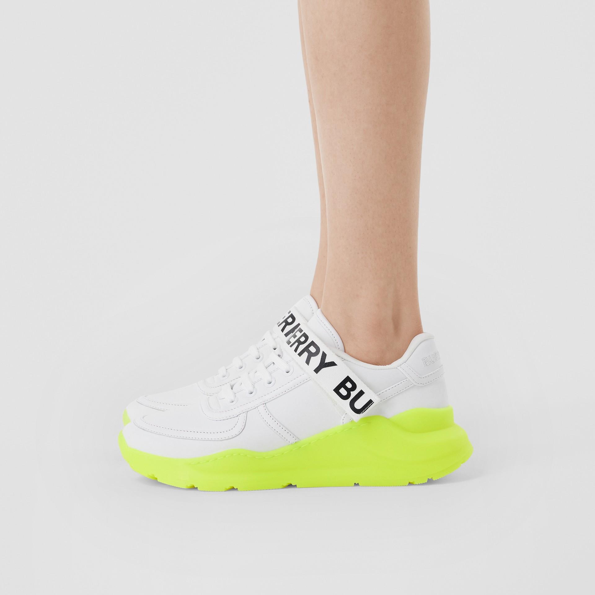 標誌細節皮革及尼龍運動鞋 (光白色/螢光黃) - 女款 | Burberry - 圖庫照片 2