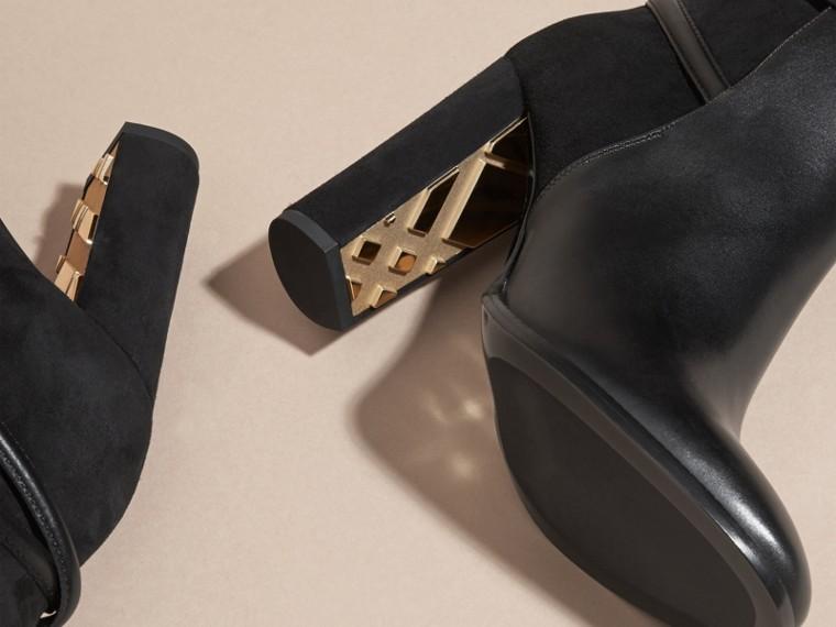 Stiefeletten aus Leder und Veloursleder mit Riemendetail