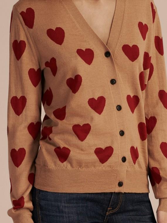 Camel Cardigan en laine mérinos avec motif à cœurs en intarsia Camel - cell image 2