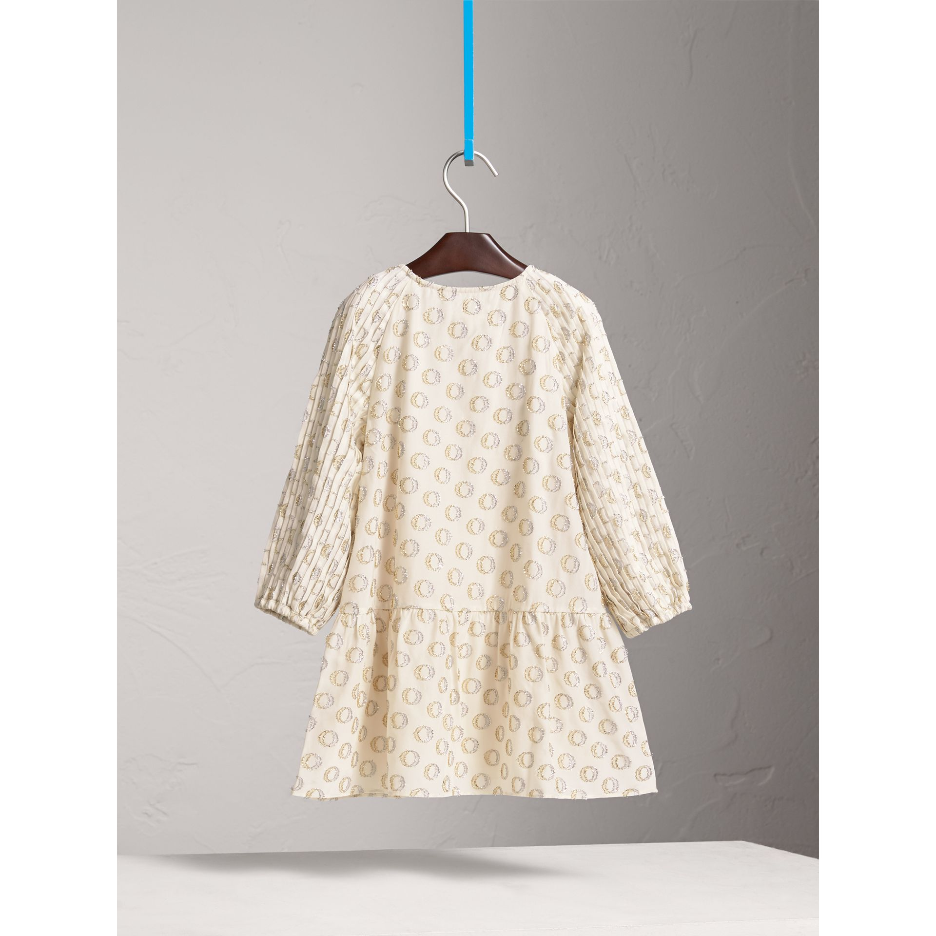 Robe plissée en fil coupé (Blanc Naturel) - Fille | Burberry - photo de la galerie 3