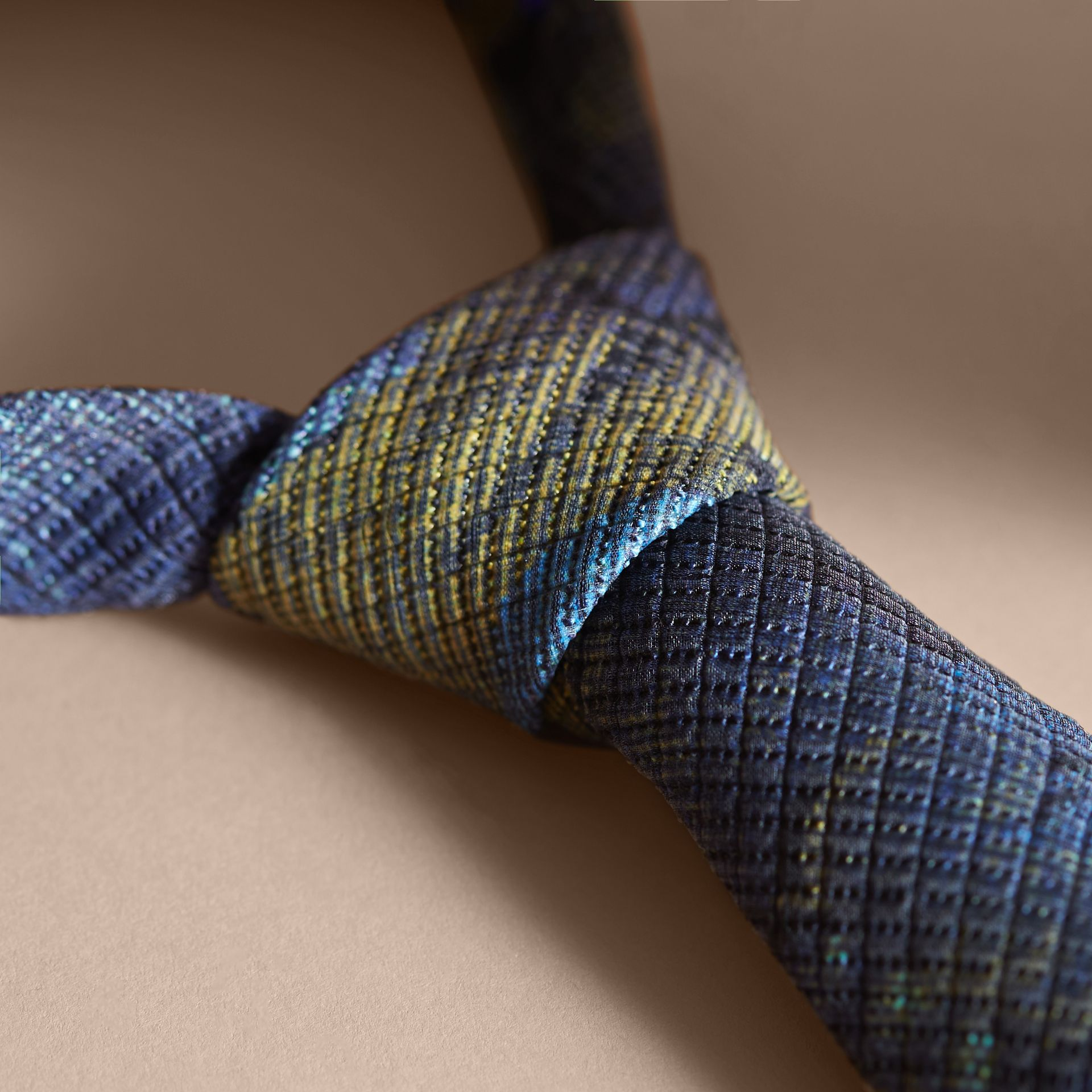 Corbata de pala moderna con motivo de tapiz Índigo Intenso - imagen de la galería 2