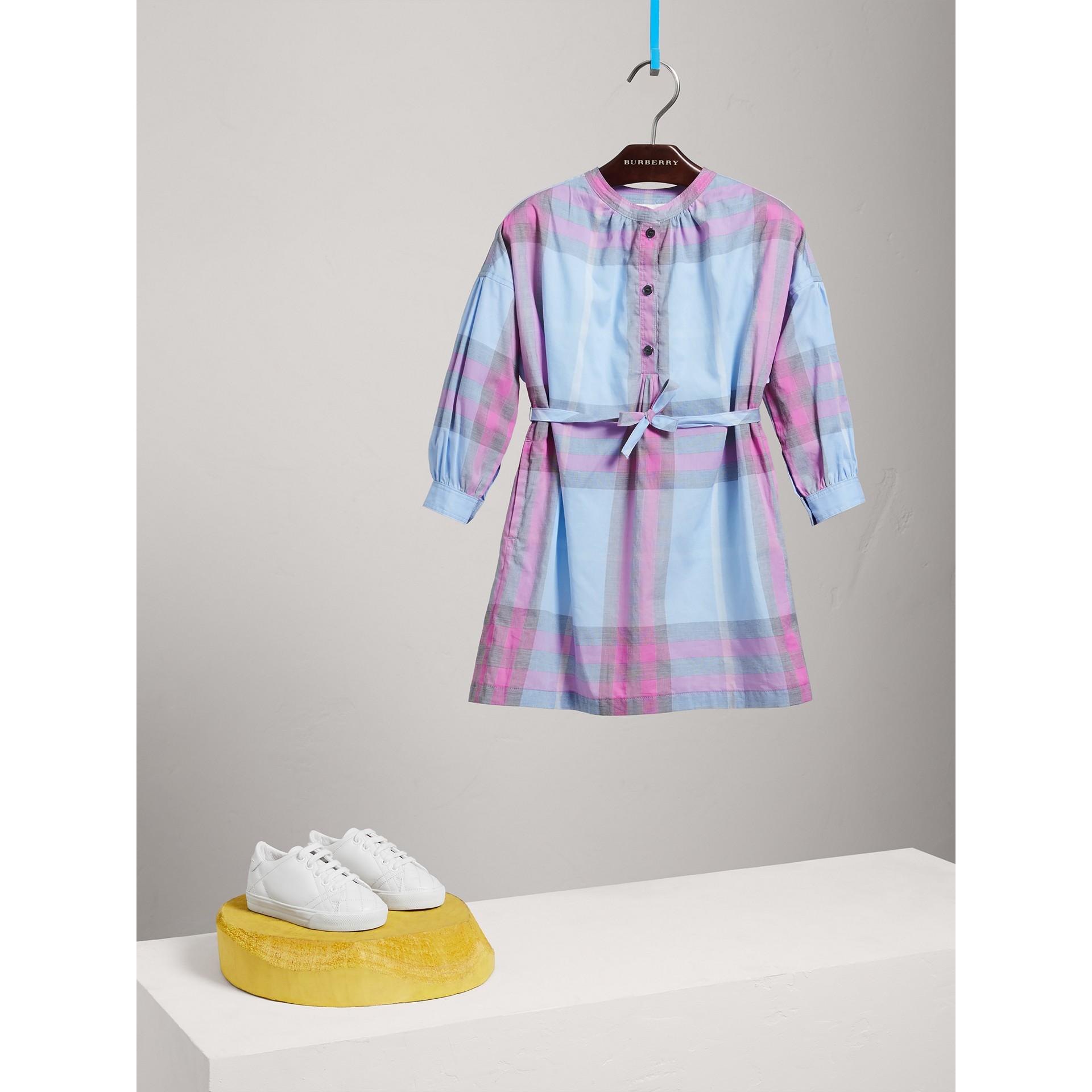 チェック コットン シャツドレス (チョークブルー) - ガール | バーバリー - ギャラリーイメージ 2