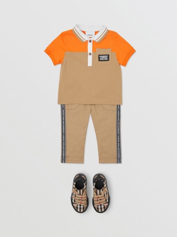 Camisa polo de algodão piquê em colour block (Tangerina Intenso)