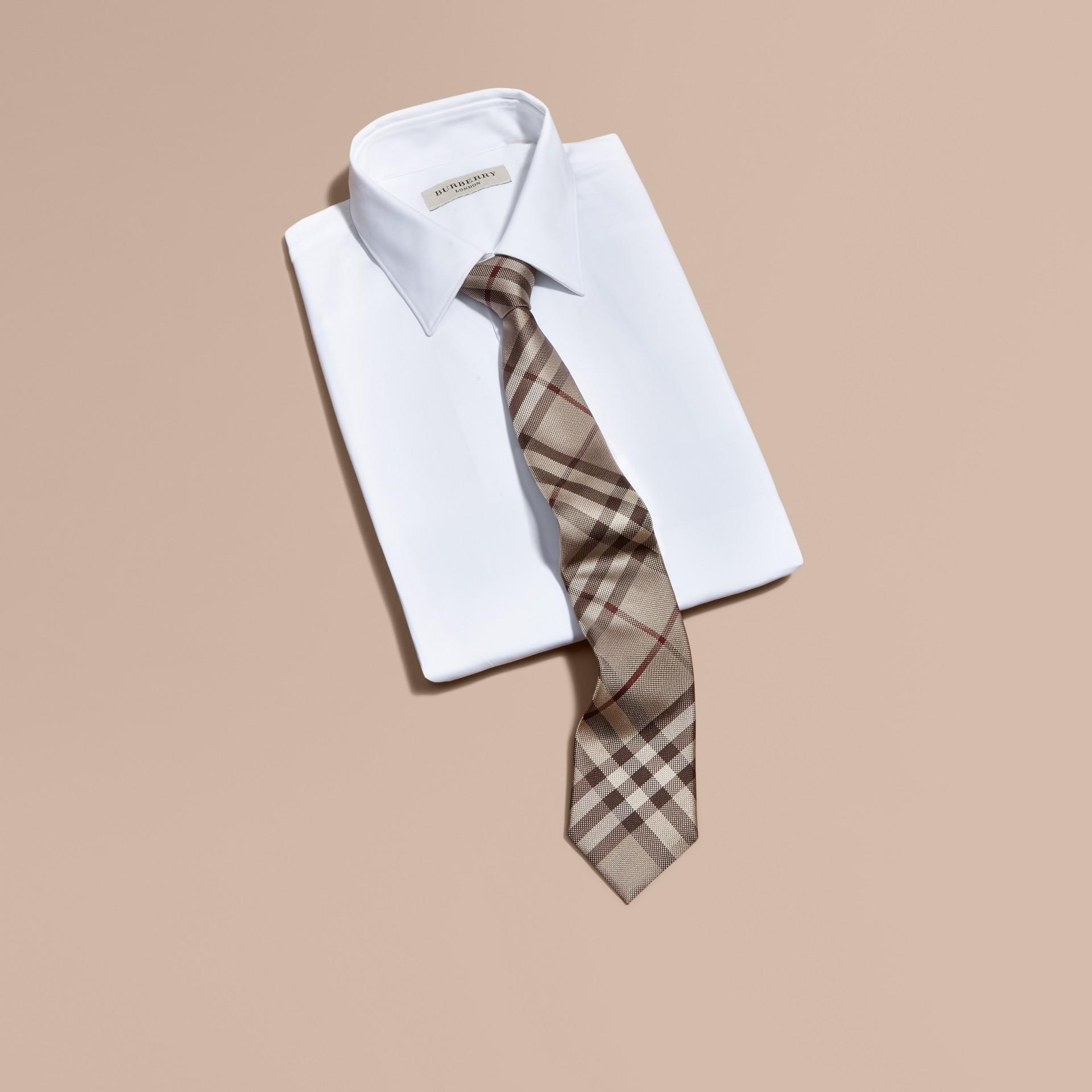 Trench coat ahumado Corbata de pala moderna de checks en seda - imagen de la galería 3