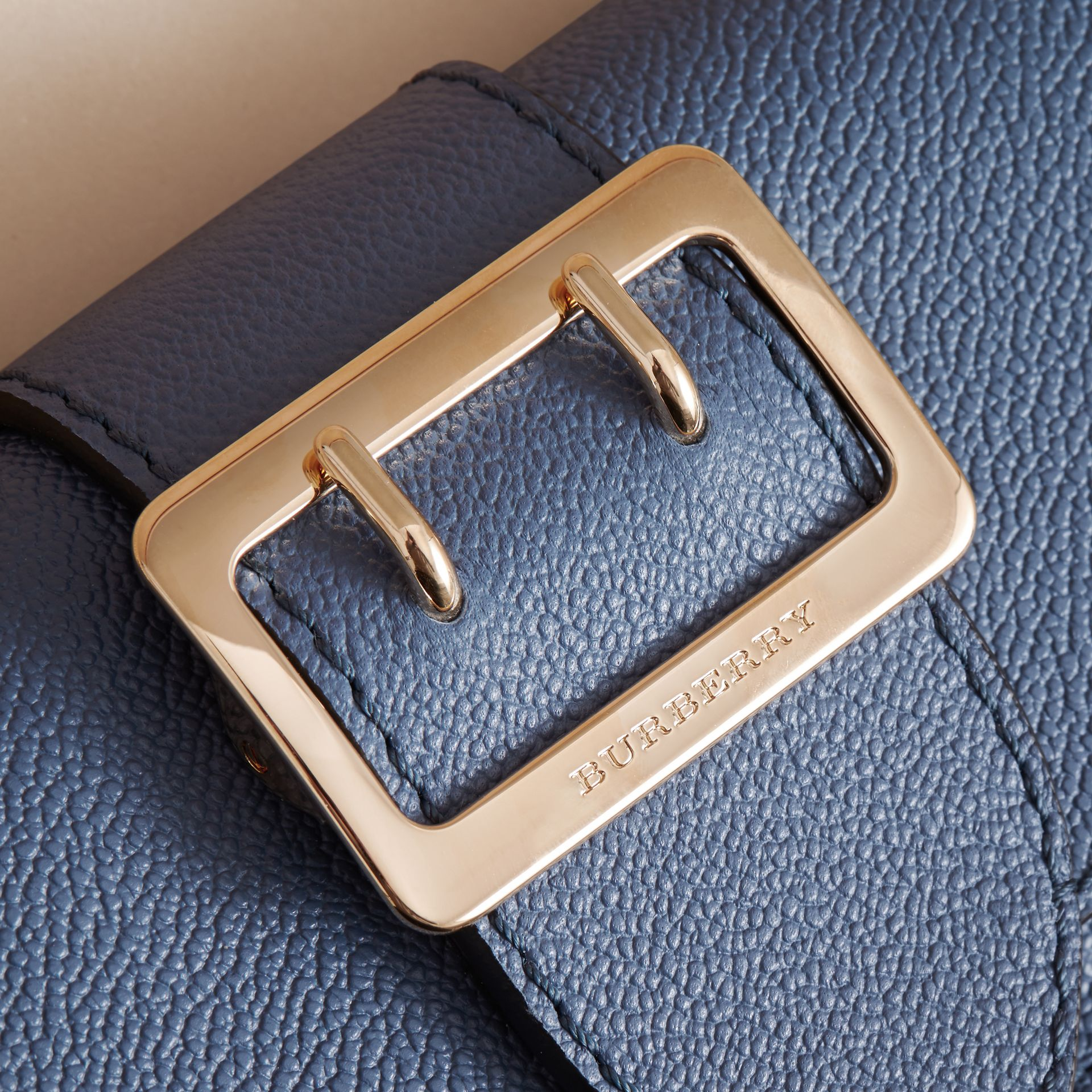 Mini sac The Buckle en cuir grainé (Bleu Acier) - Femme | Burberry - photo de la galerie 2