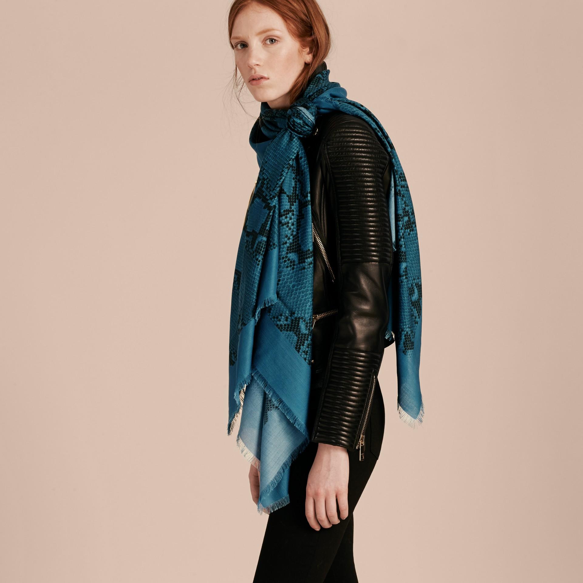 Mineral blue Poncho leve de lã, seda e cashmere com estampa de píton Mineral Blue - galeria de imagens 3
