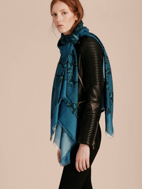 Mineral blue Poncho leve de lã, seda e cashmere com estampa de píton Mineral Blue - cell image 2