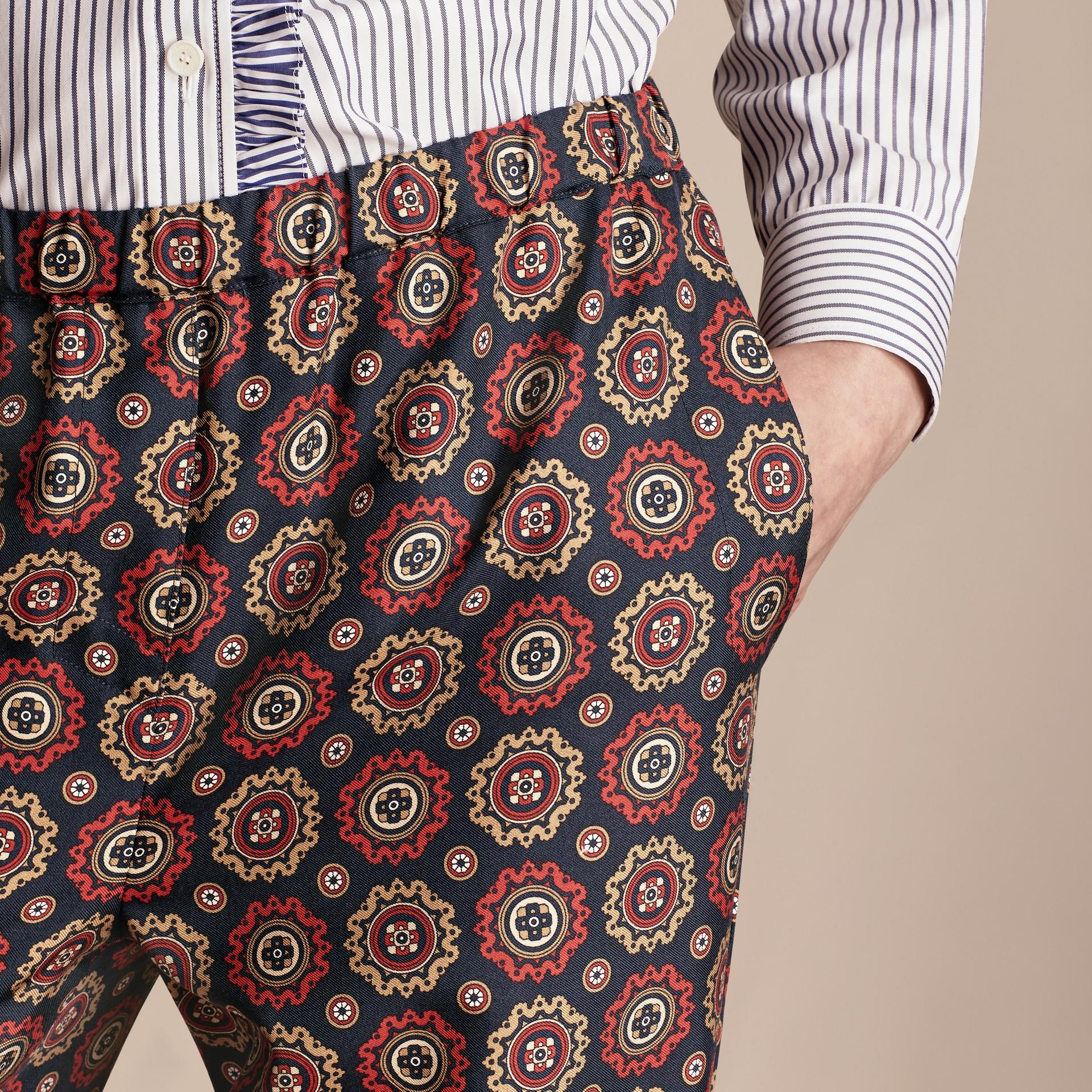 Azul marinho Calças estilo pijama curtas de sarja de seda estampadas - galeria de imagens 5