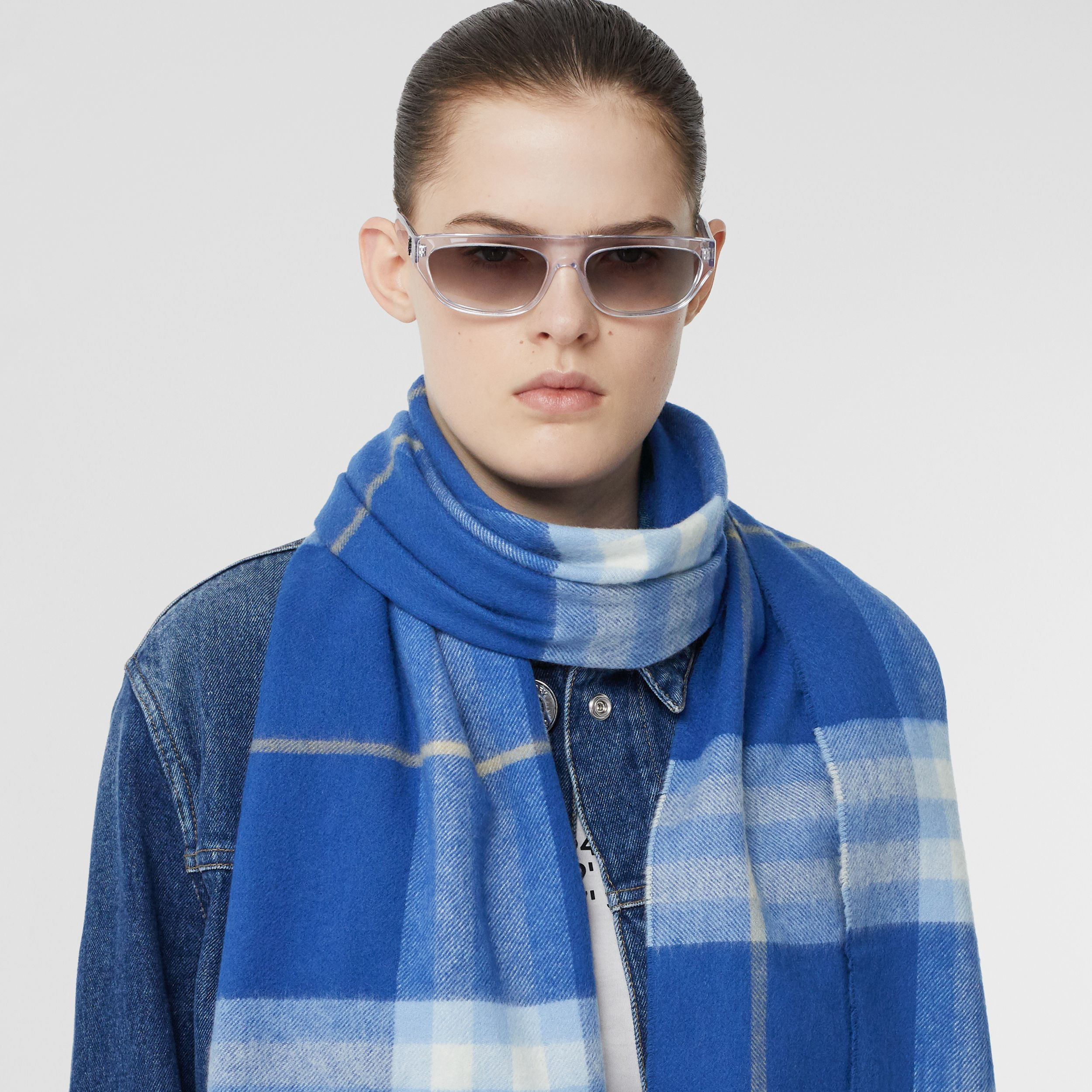 The Classic Check Cashmere Scarf in Inky Blue/bluebell | Burberry United States - 3