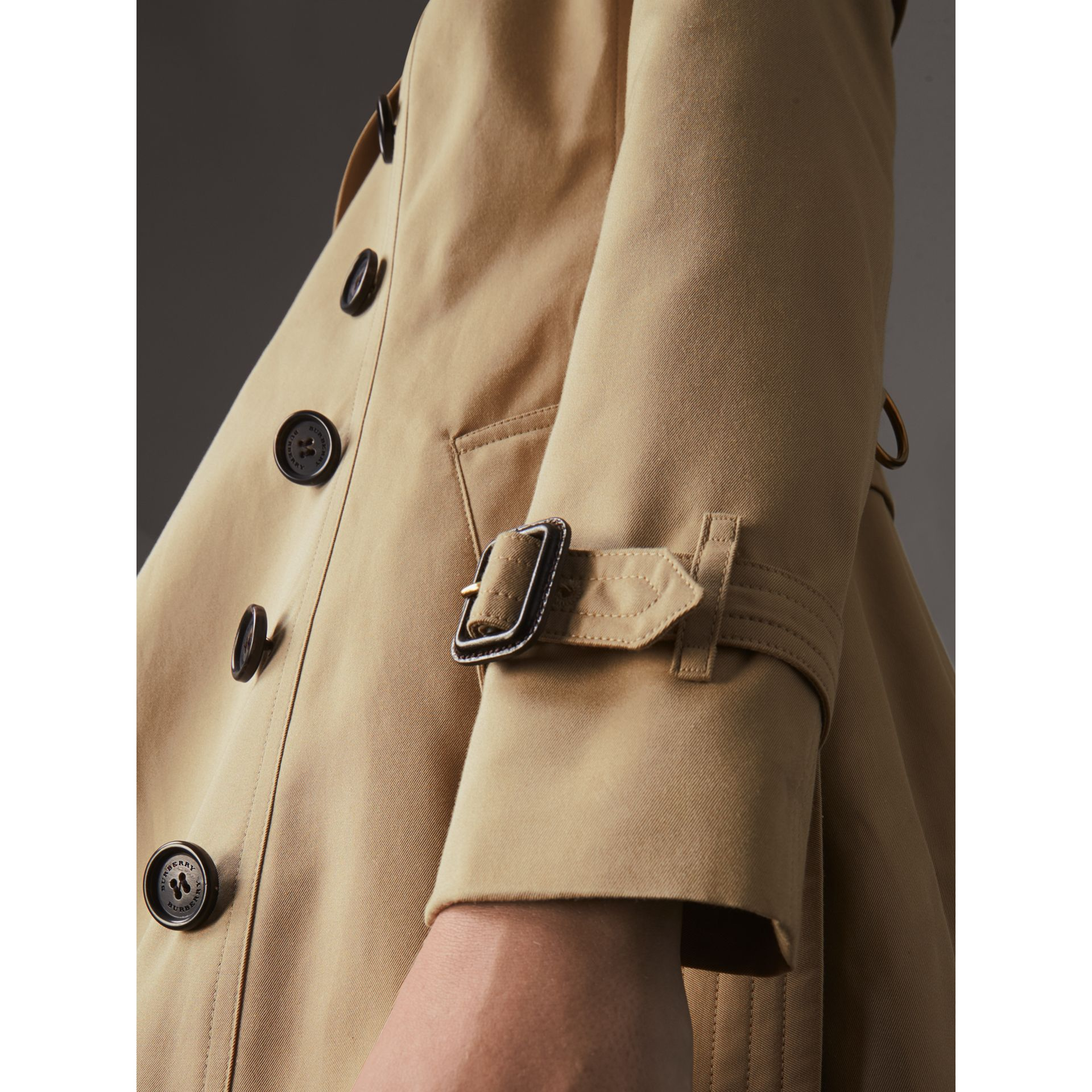 The Chelsea - Trench coat Heritage medio (Miele) - Donna | Burberry - immagine della galleria 5