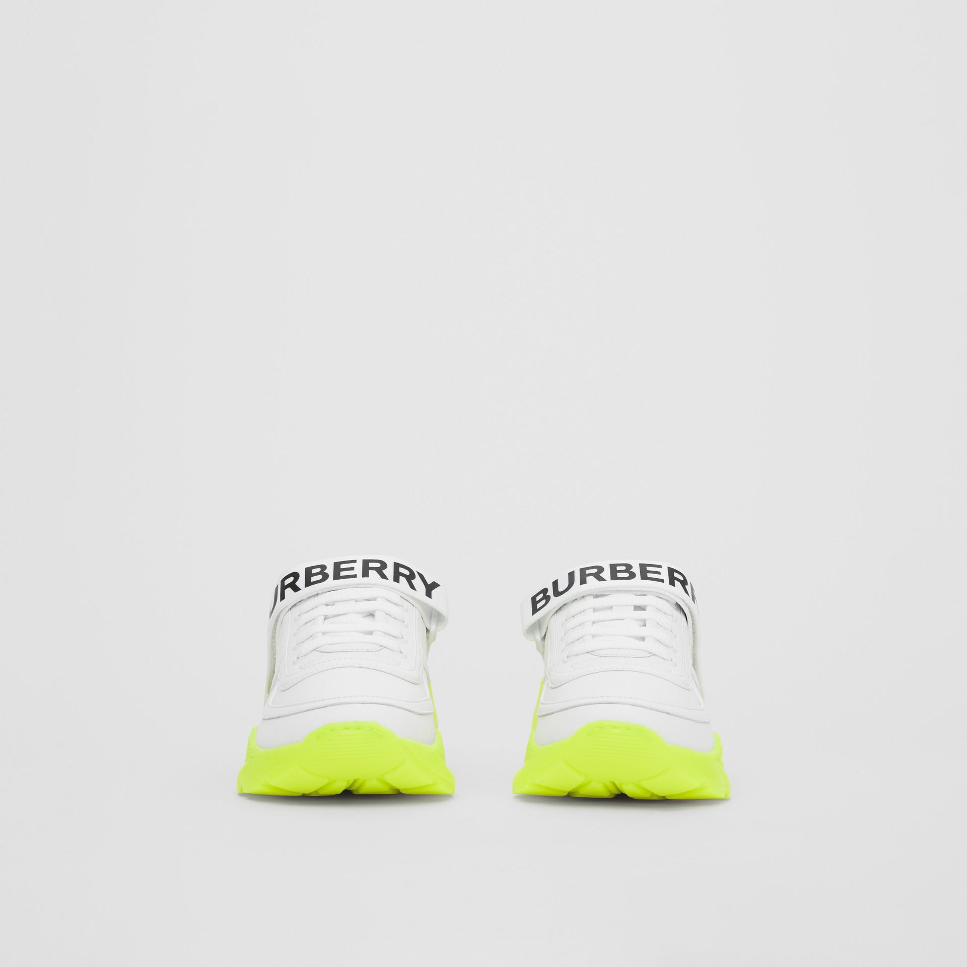 標誌細節皮革及尼龍運動鞋 (光白色/螢光黃) - 女款 | Burberry - 圖庫照片 3