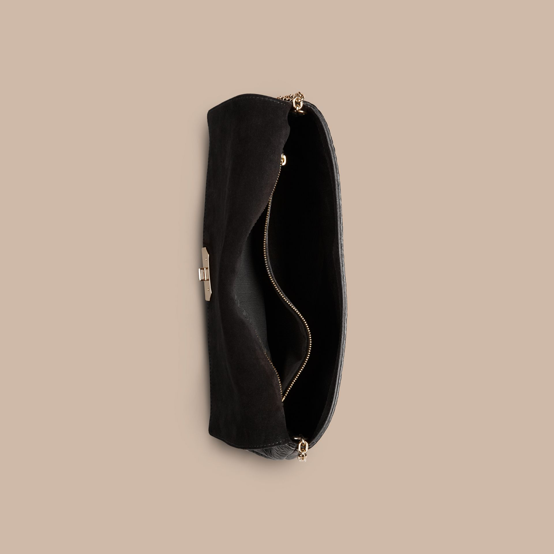 Noir Clutch medium en cuir grainé emblématique - photo de la galerie 6