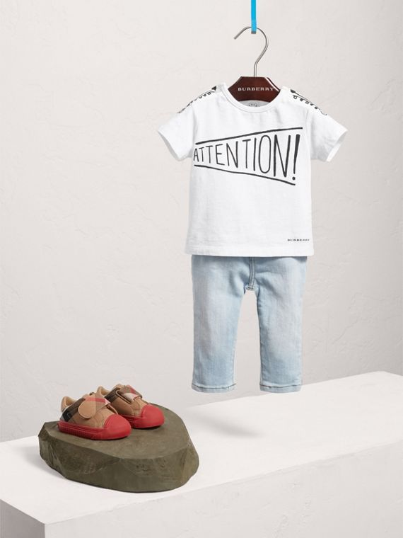 T-shirt en coton à imprimé « Attention » (Blanc)