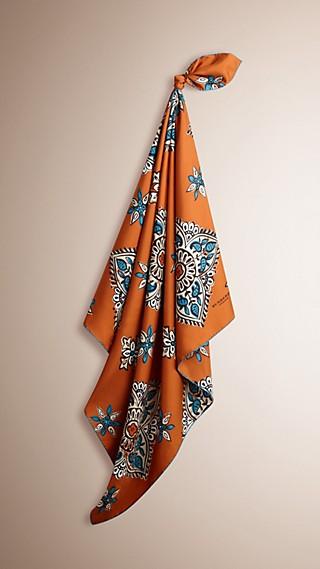 Écharpe carrée medium à imprimé floral géométrique