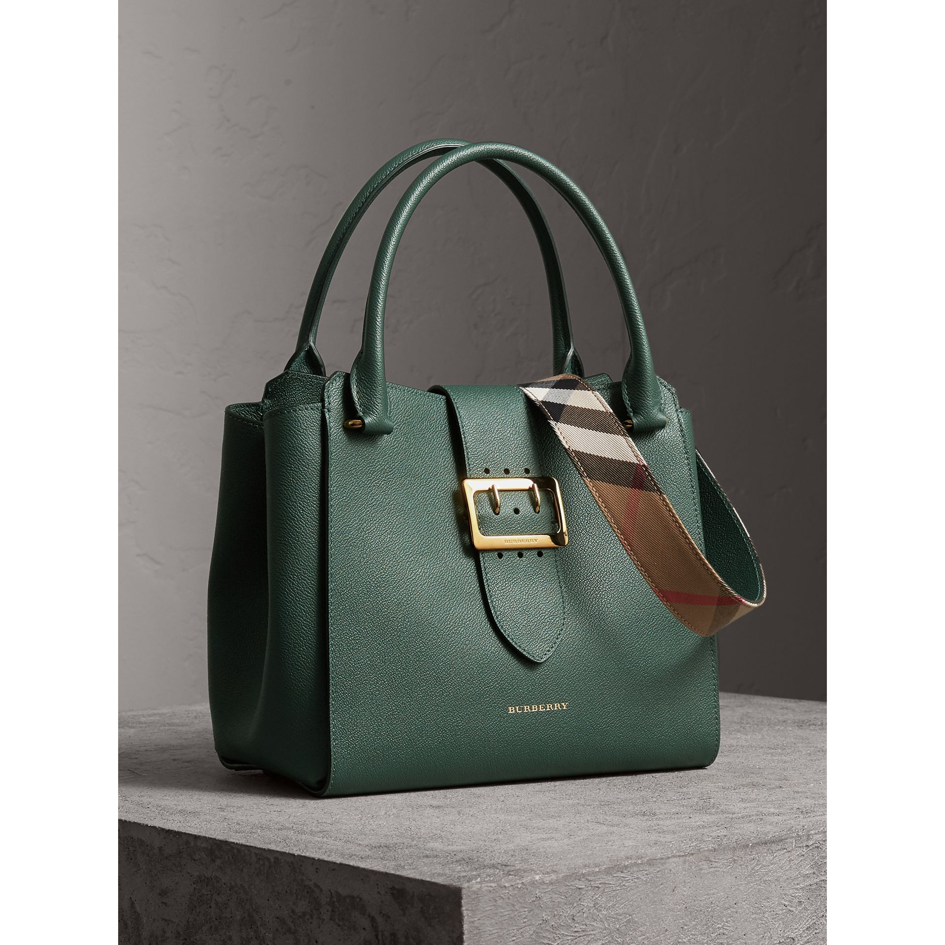 Sac tote The Buckle moyen en cuir grainé (Vert Marin) - Femme | Burberry - photo de la galerie 7