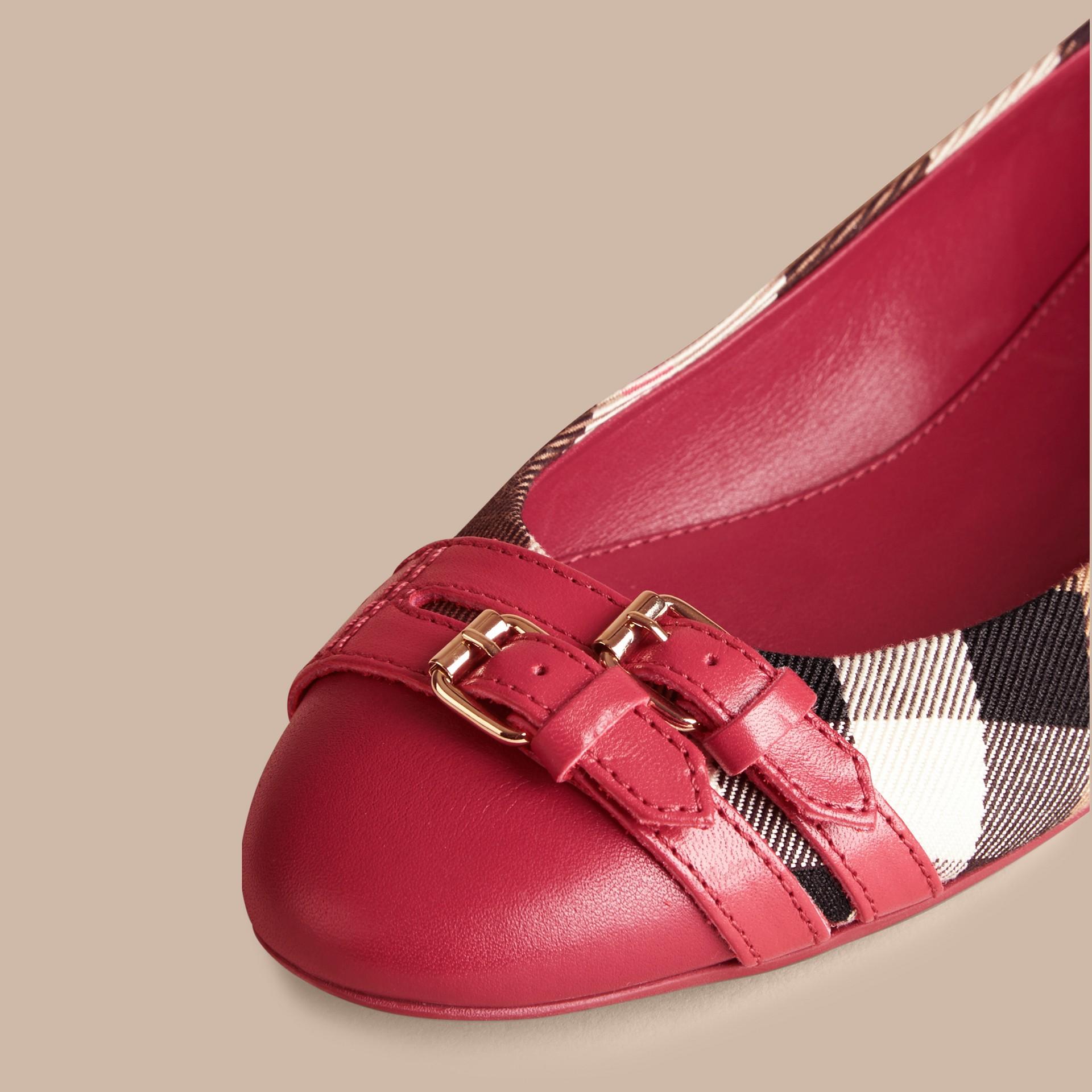 Vermelho russet Ballerinas com fivela estilo equestre e padrão House check - galeria de imagens 2