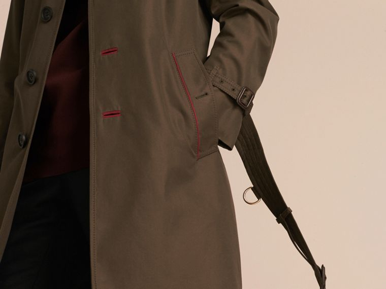 Dunkles khakigrün Trenchcoat aus Baumwolle mit Detail in Military-Optik - cell image 4