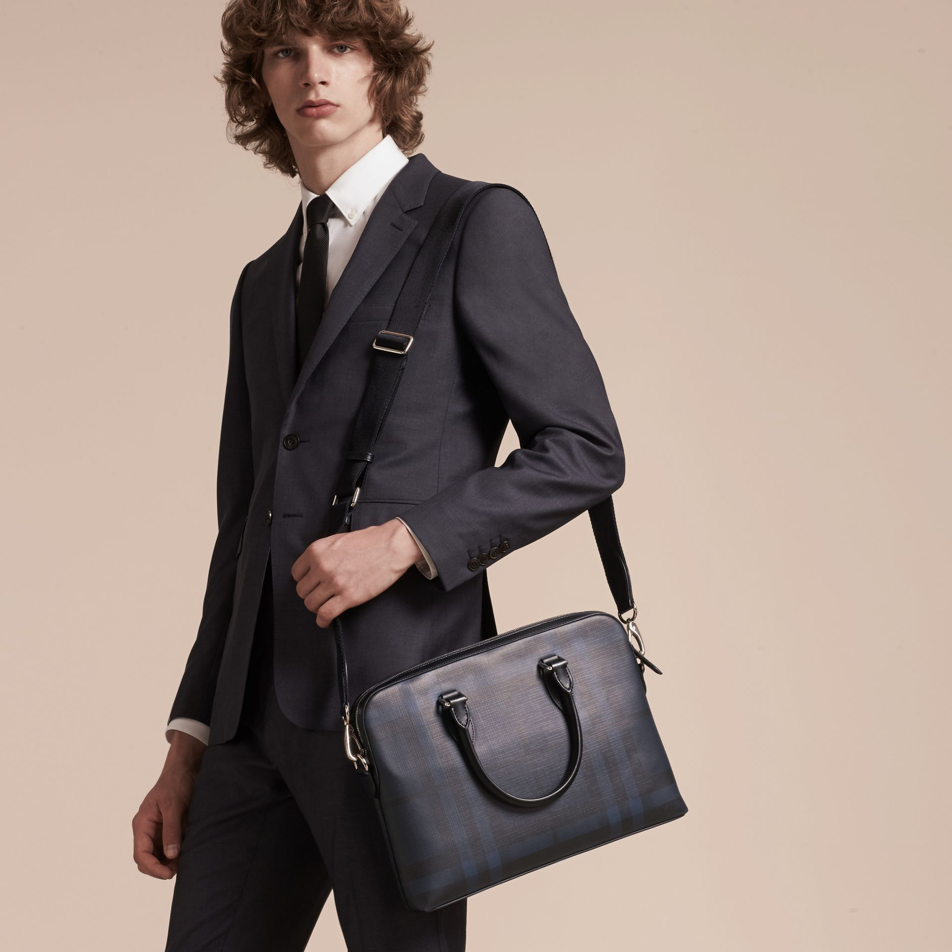 Sac The Barrow fin avec motif London check (Marine/noir) - Homme | Burberry - photo de la galerie 3