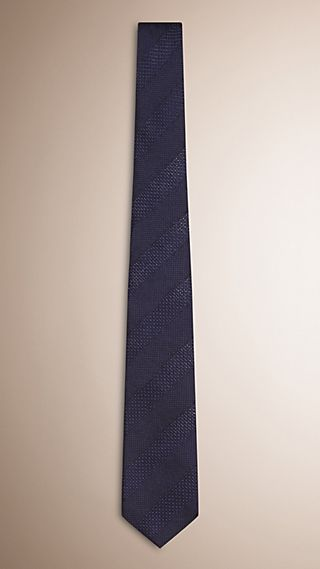 Gravata listrada de seda jacquard com corte moderno