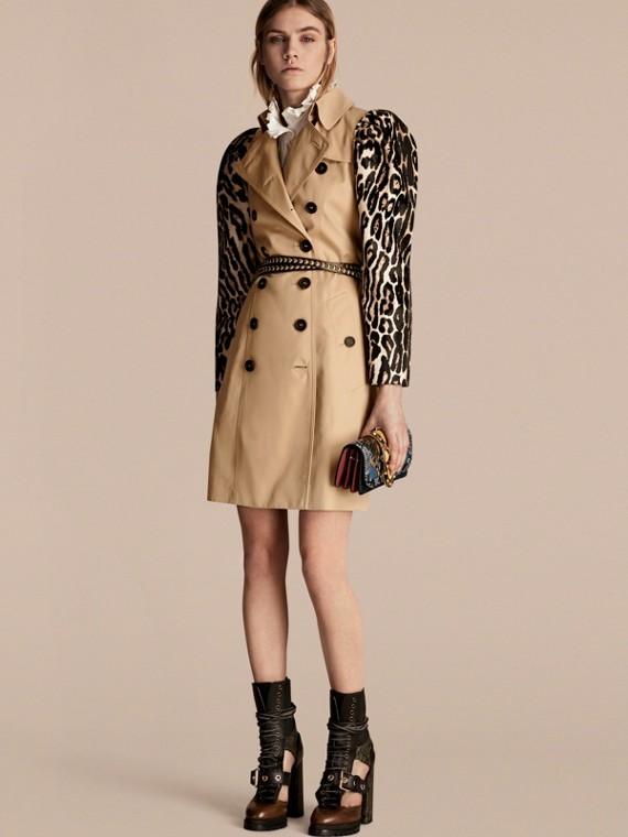 Trench coat en algodón de gabardina con mangas de estampado de leopardo