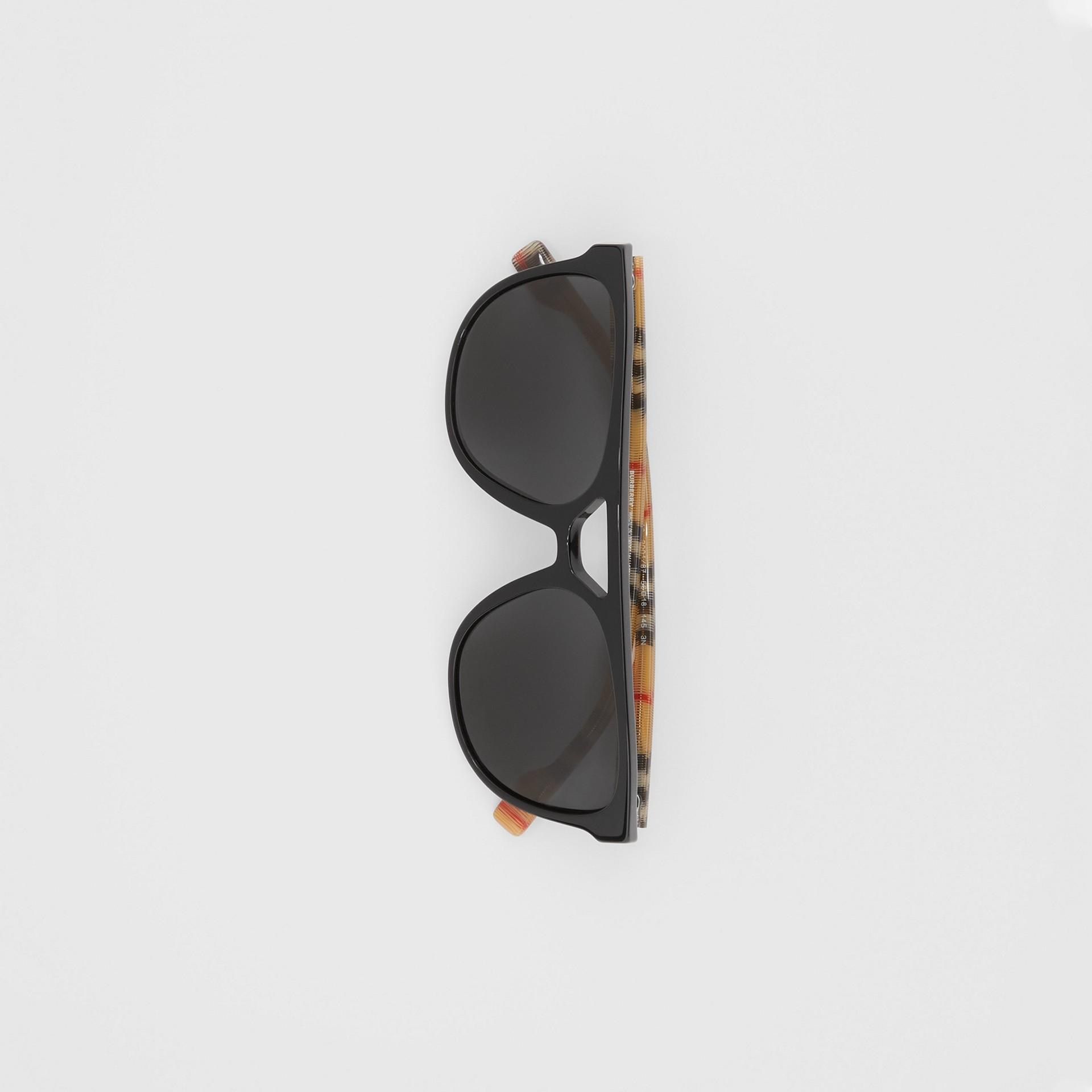 領航員太陽眼鏡 (黑色) - 男款 | Burberry - 圖庫照片 3