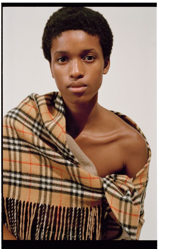 139e1738f618 Kathia indossa The Burberry Bandana con motivo Vintage check lasciando  scoperta una spalla.