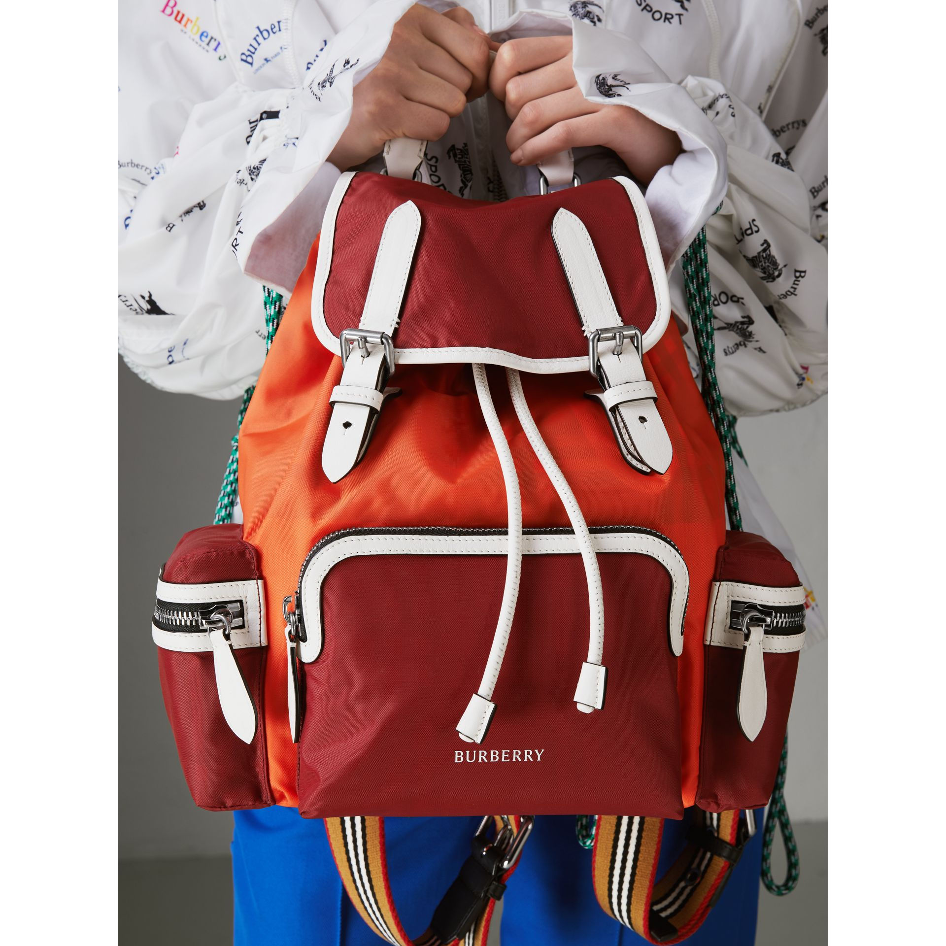 Sac The Rucksack moyen en nylon color-block (Rouge Parade) - Femme | Burberry Canada - photo de la galerie 3