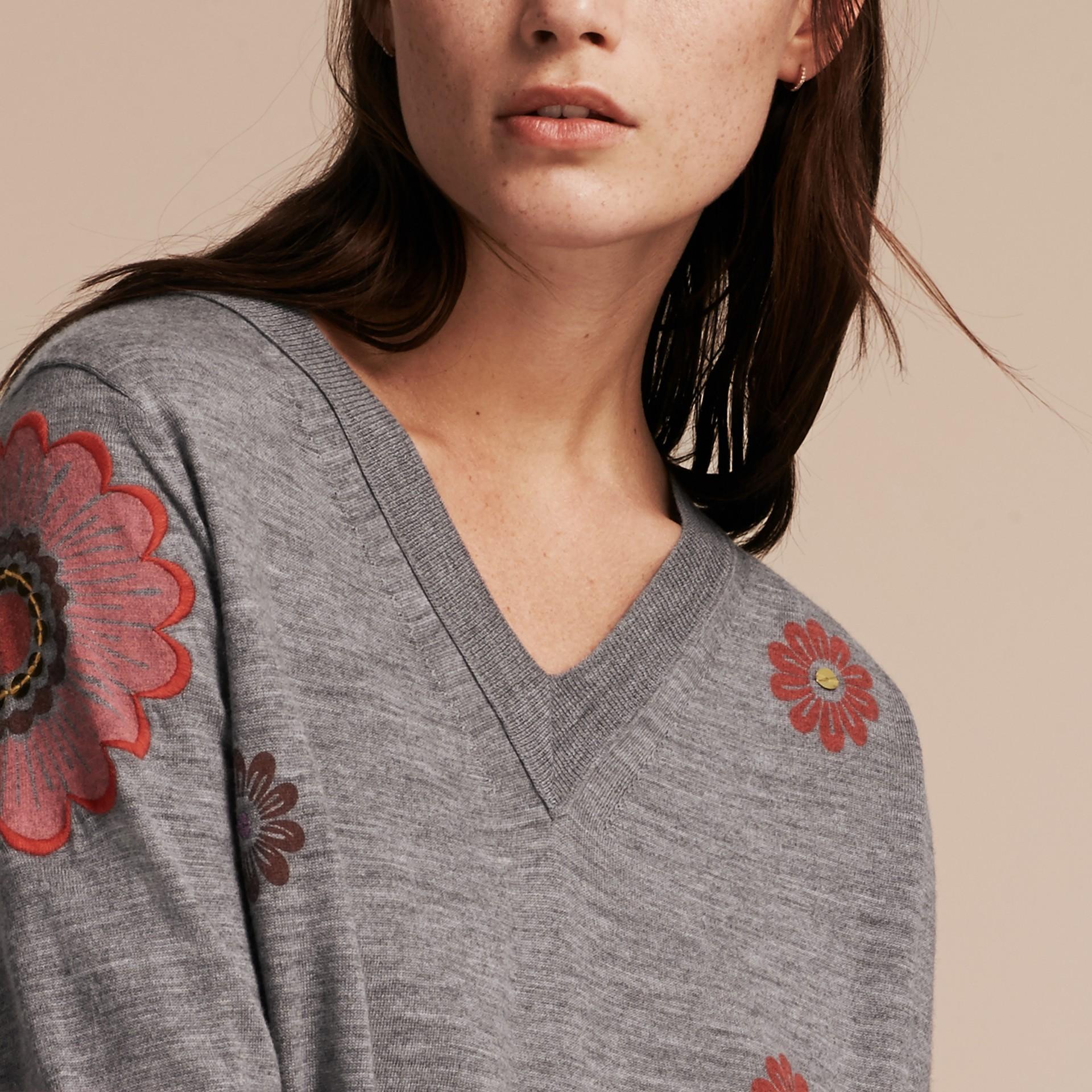 Grigio medio mélange Pullover in lana Merino con scollo a V e decorazione floreale - immagine della galleria 5