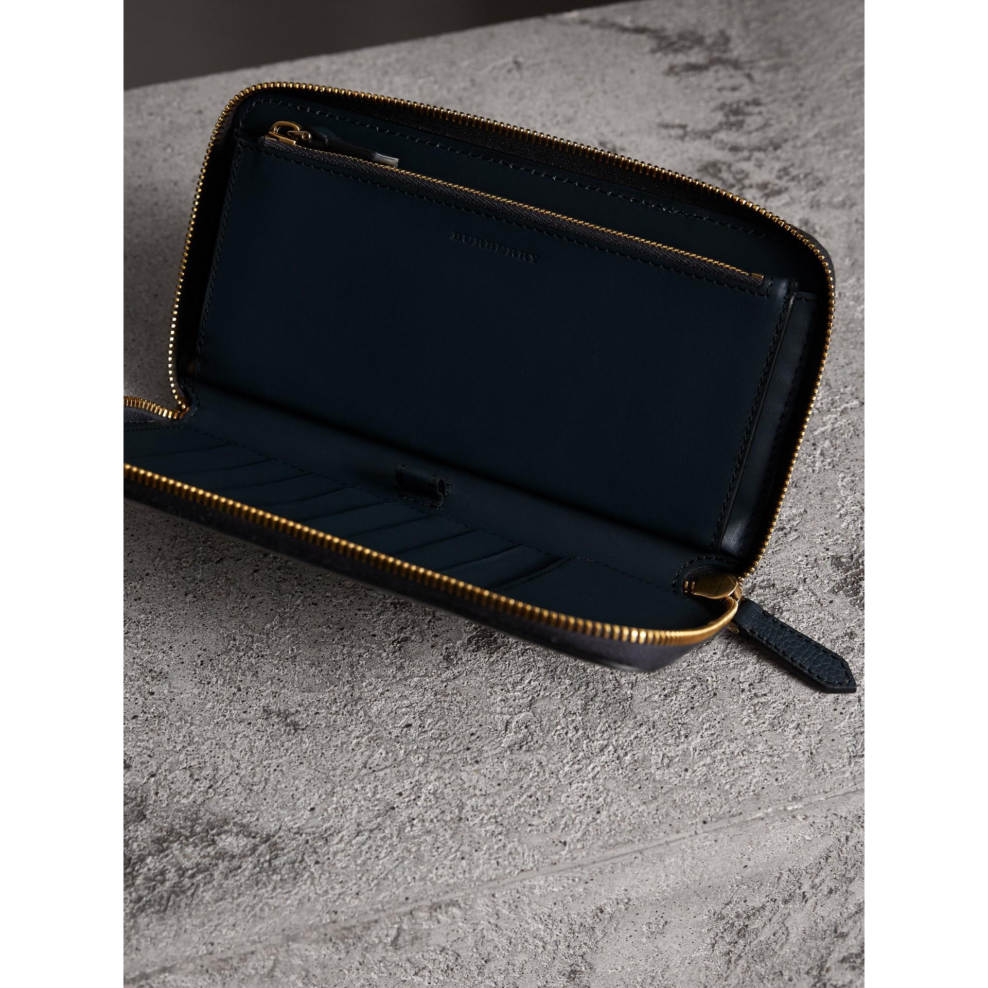 Portafoglio con cerniera su tre lati con pelle a grana e motivo House check (Blu Tempesta) | Burberry - immagine della galleria 3