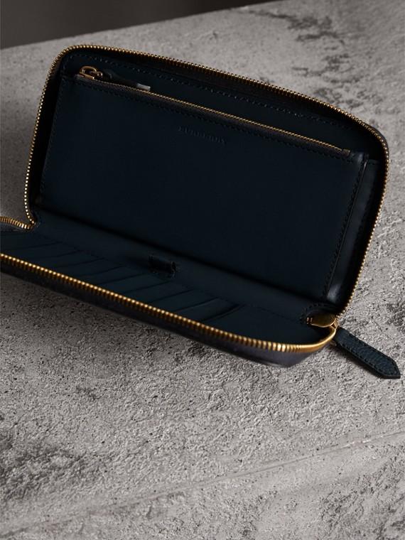 Portafoglio con cerniera su tre lati con pelle a grana e motivo House check (Blu Tempesta) | Burberry - cell image 3