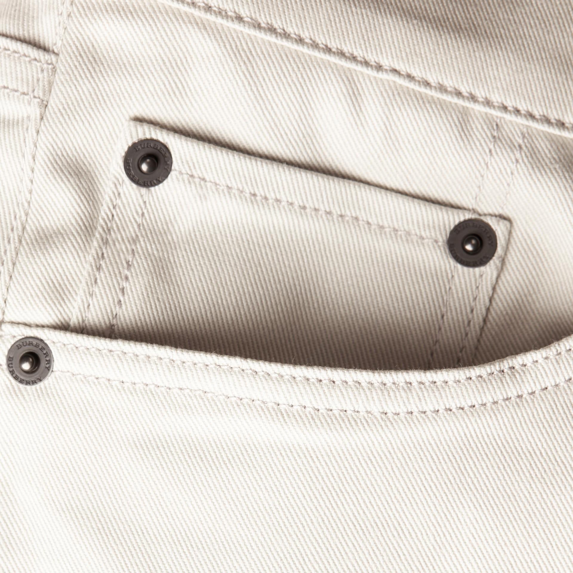 淡石色 修身剪裁日本伸縮牛仔褲 淡石色 - 圖庫照片 2