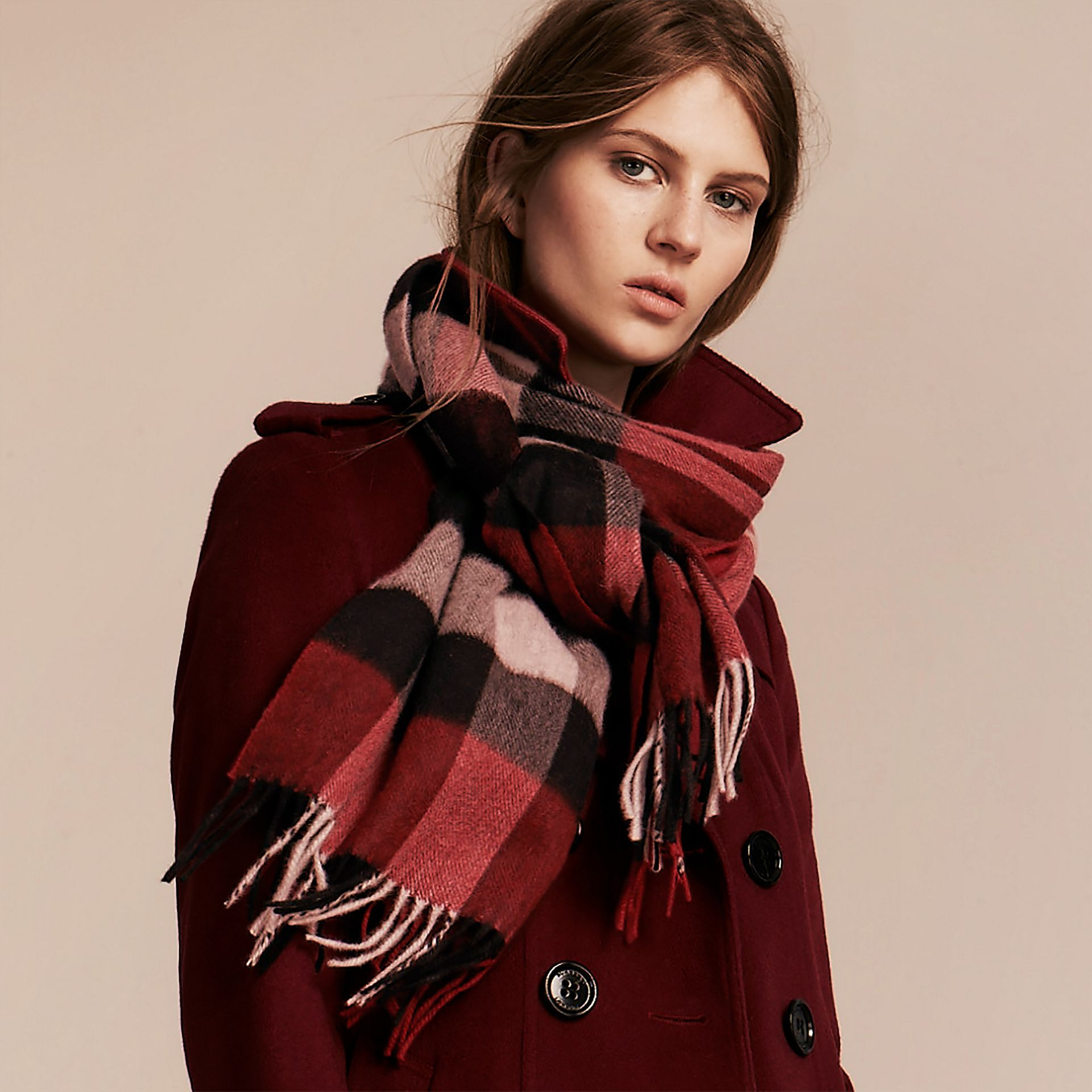 The Large Classic Cashmere Scarf in Check in Parade Red | Burberry Australia - gallery image 3