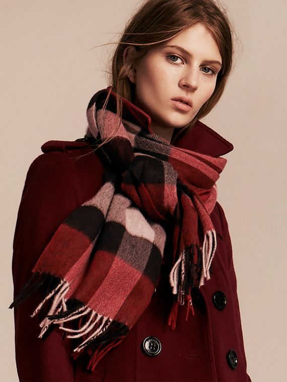 The Large Classic Cashmere Scarf in Check in Parade Red | Burberry Canada - cell image 2