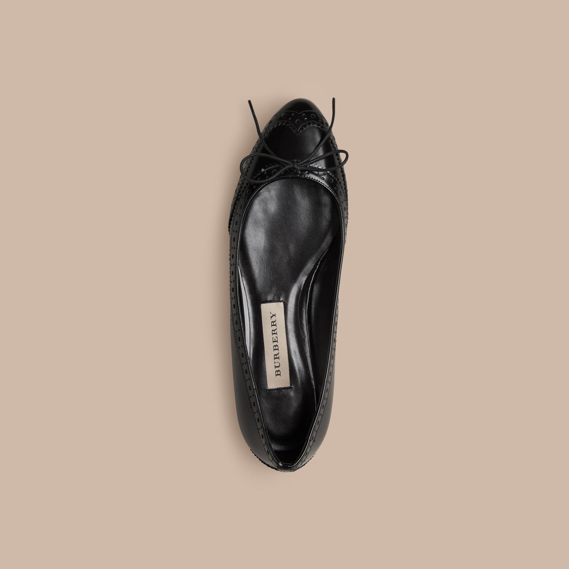 Schwarz Ballerinas aus Leder mit Brogue-Detail - Galerie-Bild 3