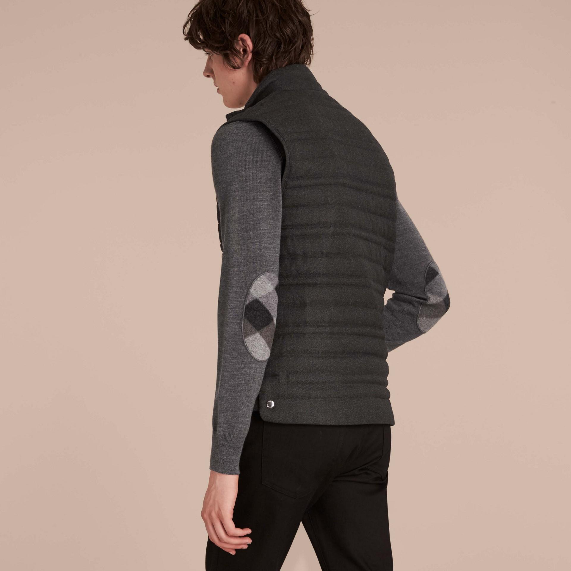Camaïeu de gris sombres Veste sans manches en flanelle de laine rembourrée - photo de la galerie 3