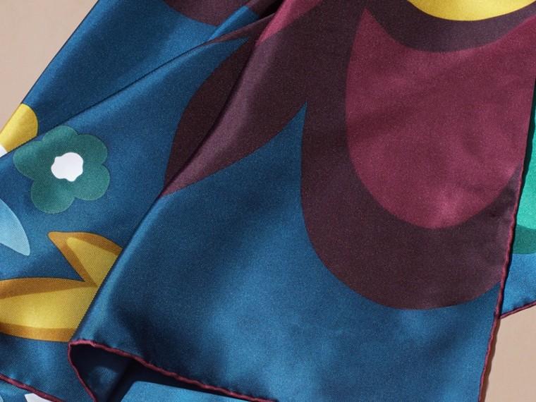 Bleu cyan foncé Carré de soie medium à motif floral abstrait Bleu Cyan Foncé - cell image 1
