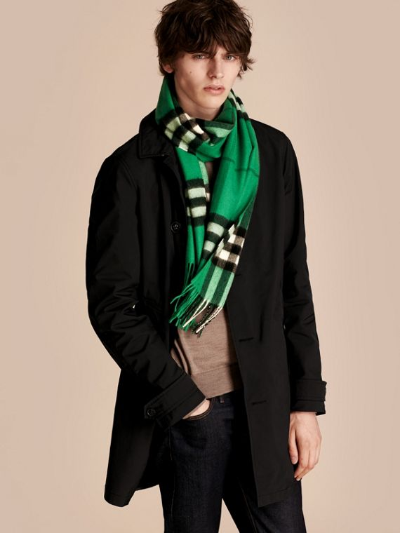 The Classic Cashmere Scarf in Check  Emerald - cell image 3