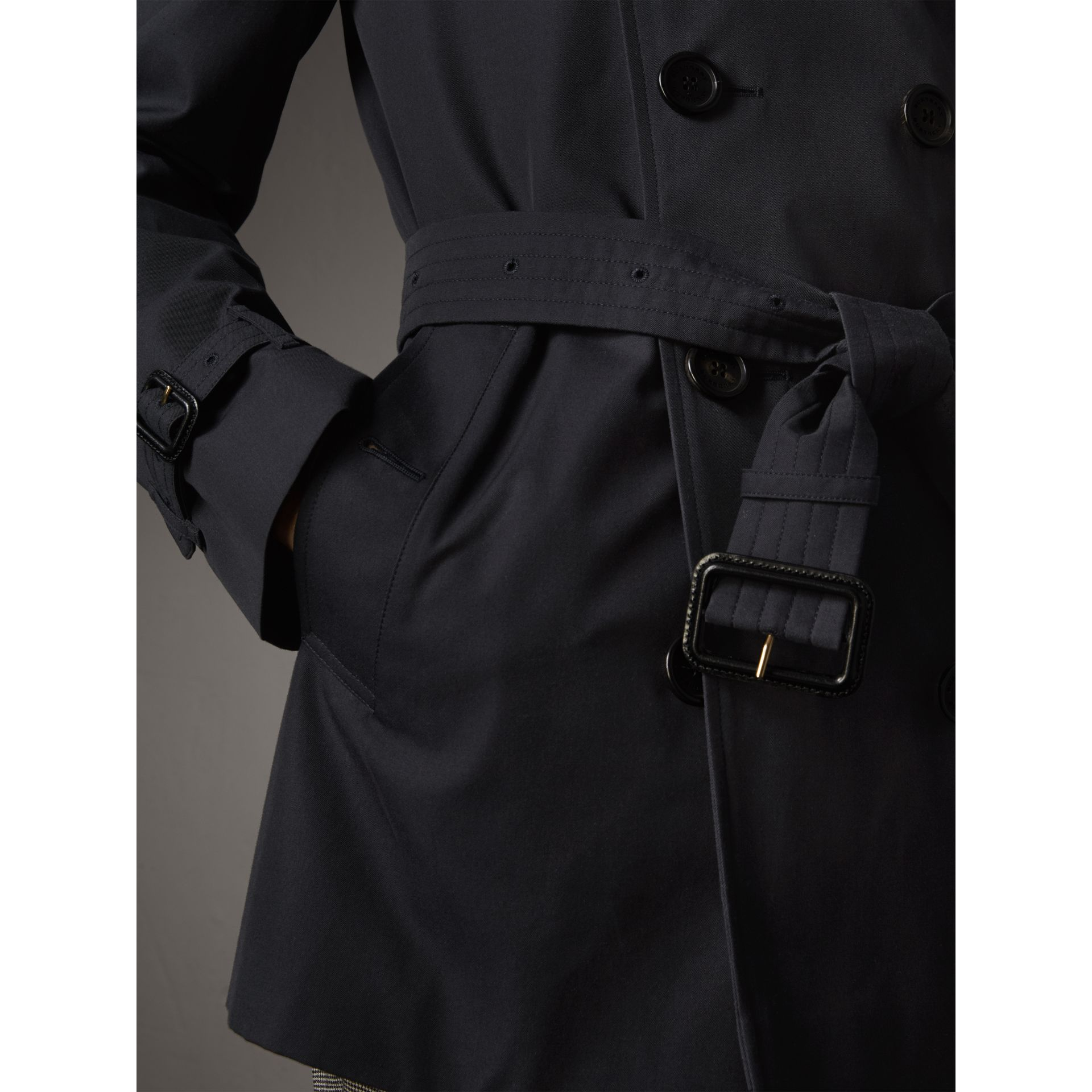 The Chelsea – Short Heritage Trench Coat in Navy - Men | Burberry - gallery image 6