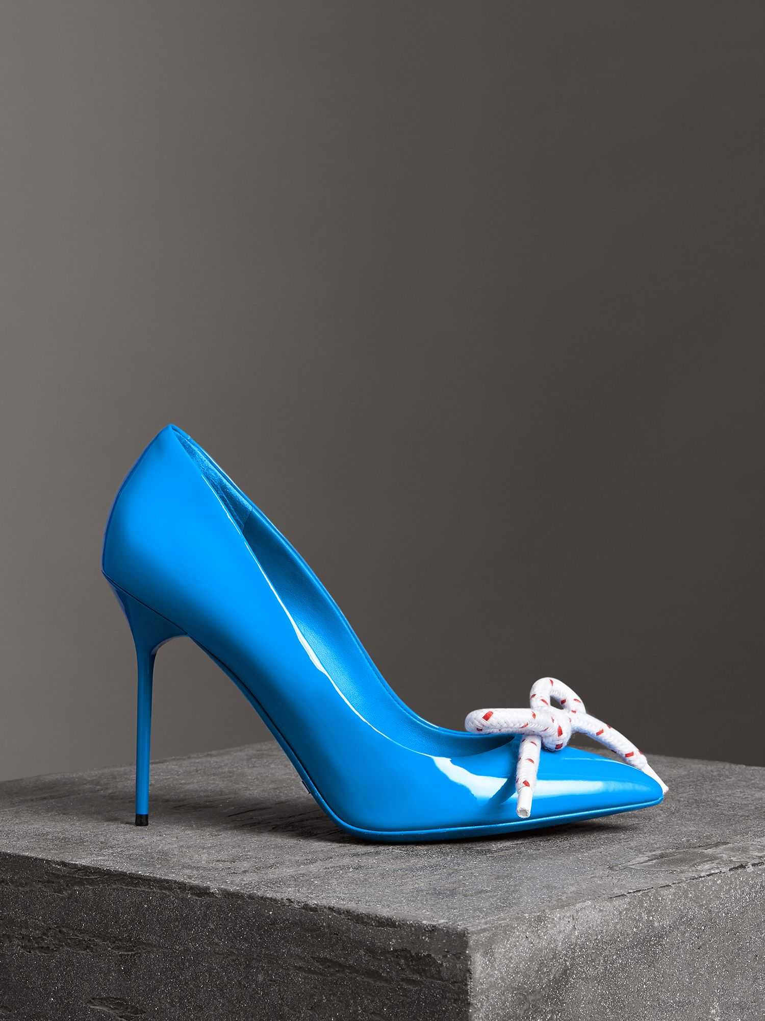Stiletto-Pumps aus Lackleder mit Kordeldetail (Azurblau)