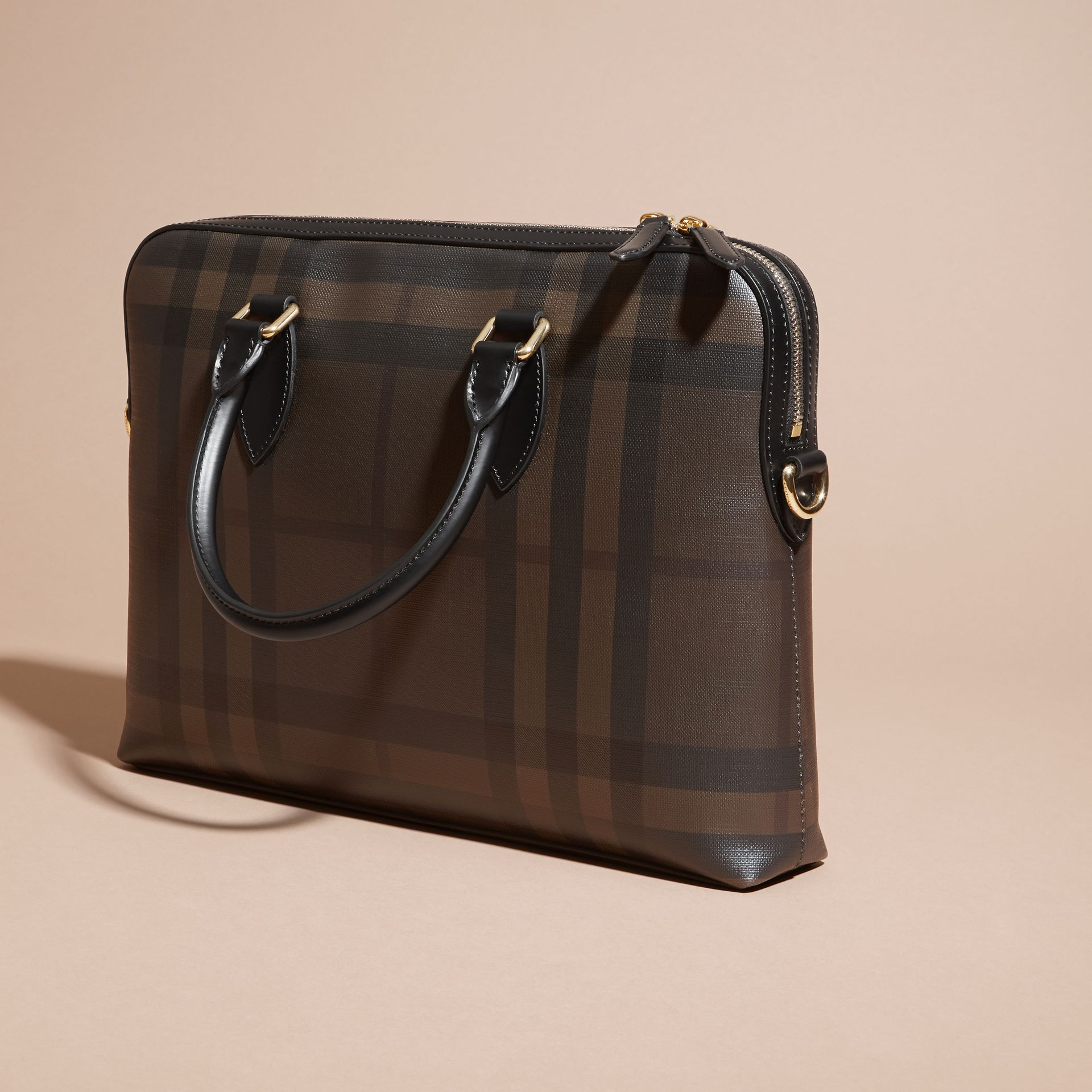Sac The Barrow fin avec motif London check (Chocolat/noir) - photo de la galerie 7