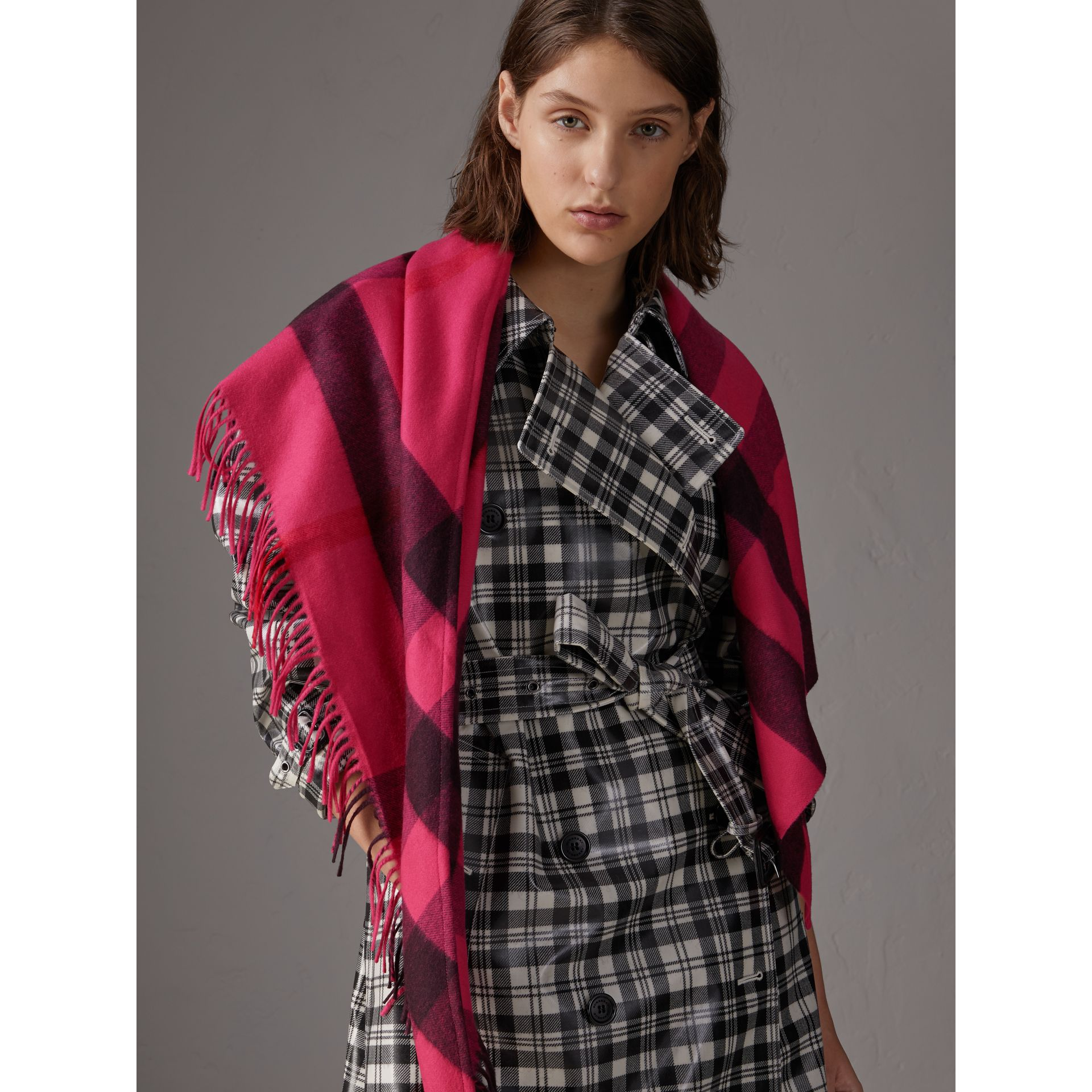 The Burberry Bandana in cashmere con motivo tartan (Rosa Petalo Brillante) | Burberry - immagine della galleria 5