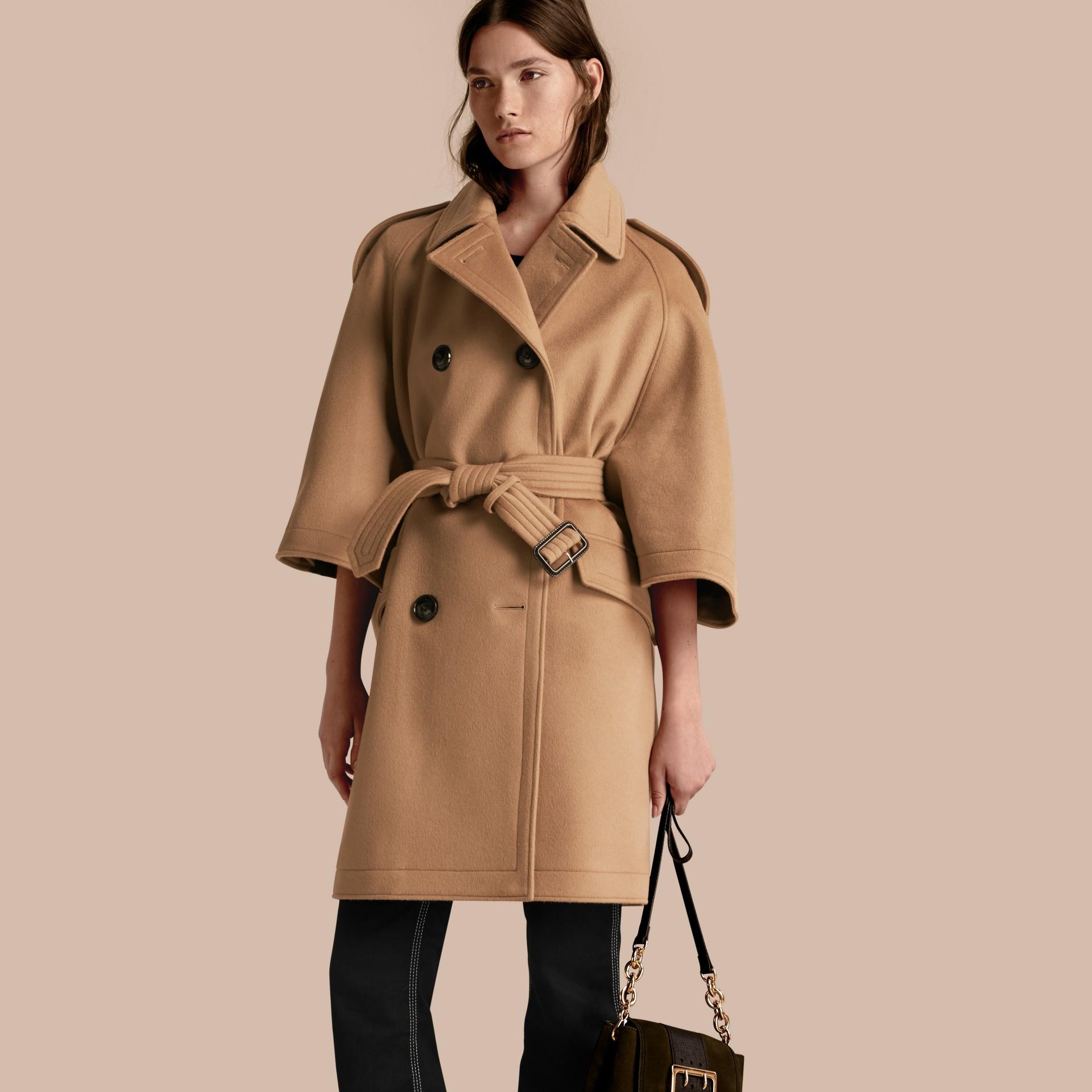 Cammello Trench coat a mantella in lana e cashmere - immagine della galleria 1