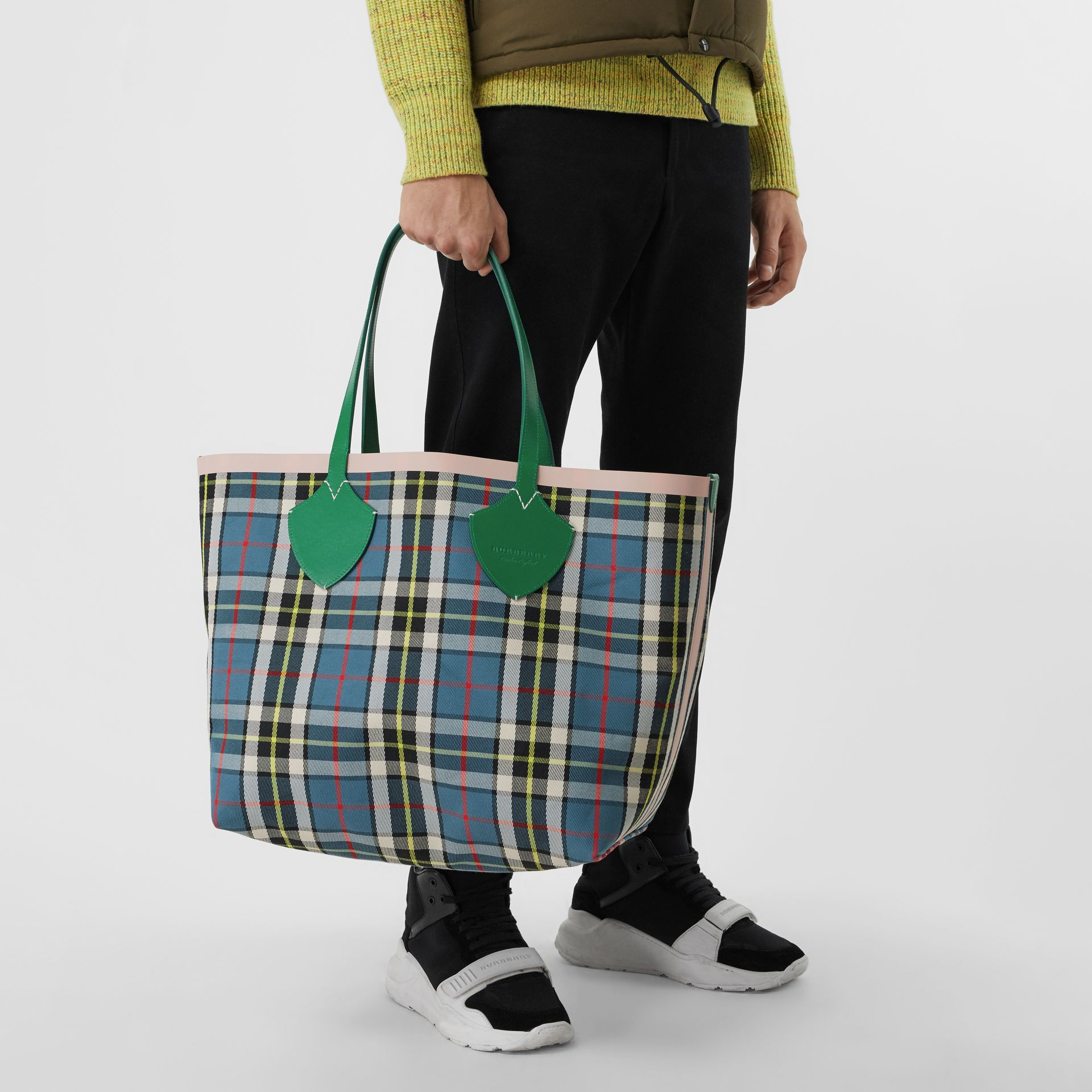 Sac tote The Giant réversible à motif Vintage check (Vert Sombre/abricot Rose) - Femme | Burberry Canada - photo de la galerie 7