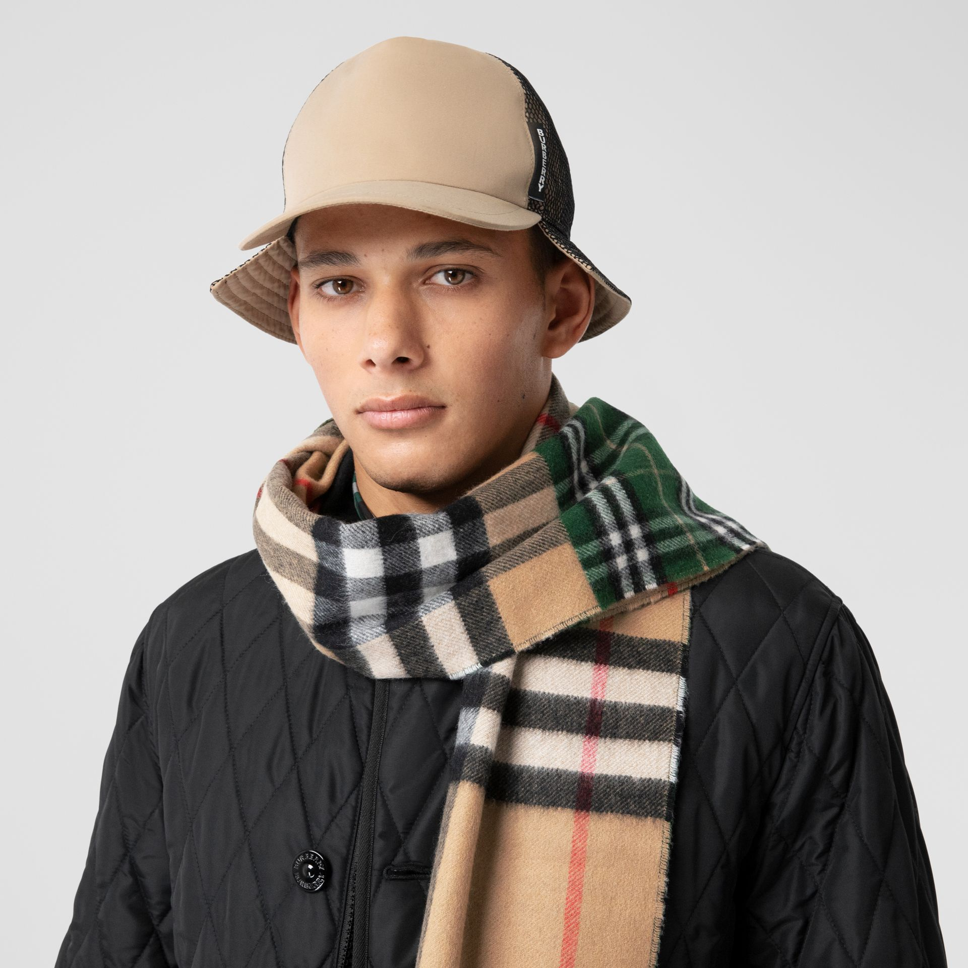 Contrast Check Cashmere Merino Wool Jacquard Scarf in Dark Pine Green | Burberry United Kingdom - gallery image 3