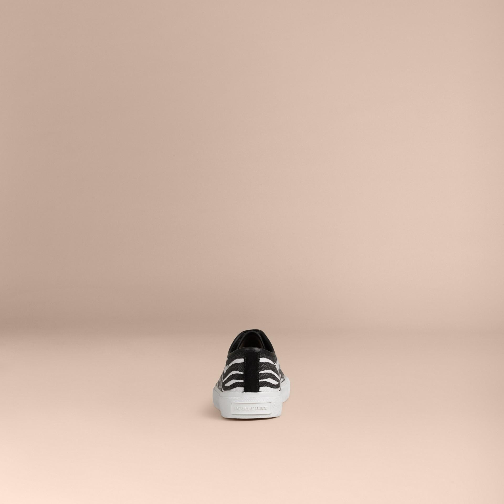 Nero/bianco Sneaker in tela con stampa zebrata - immagine della galleria 2